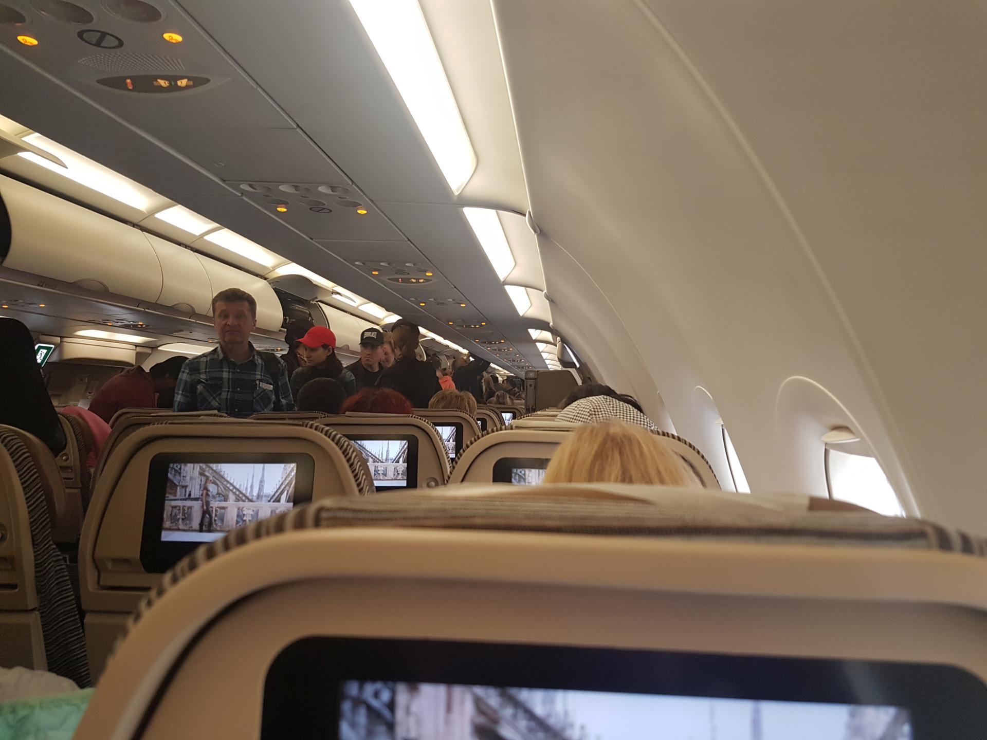 В салоне самолета