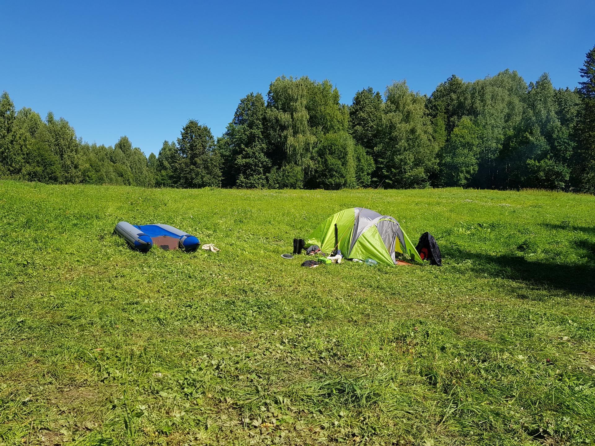Палатка на берегу озера Шайтан