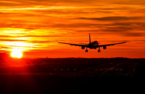 самолет уходит в закат