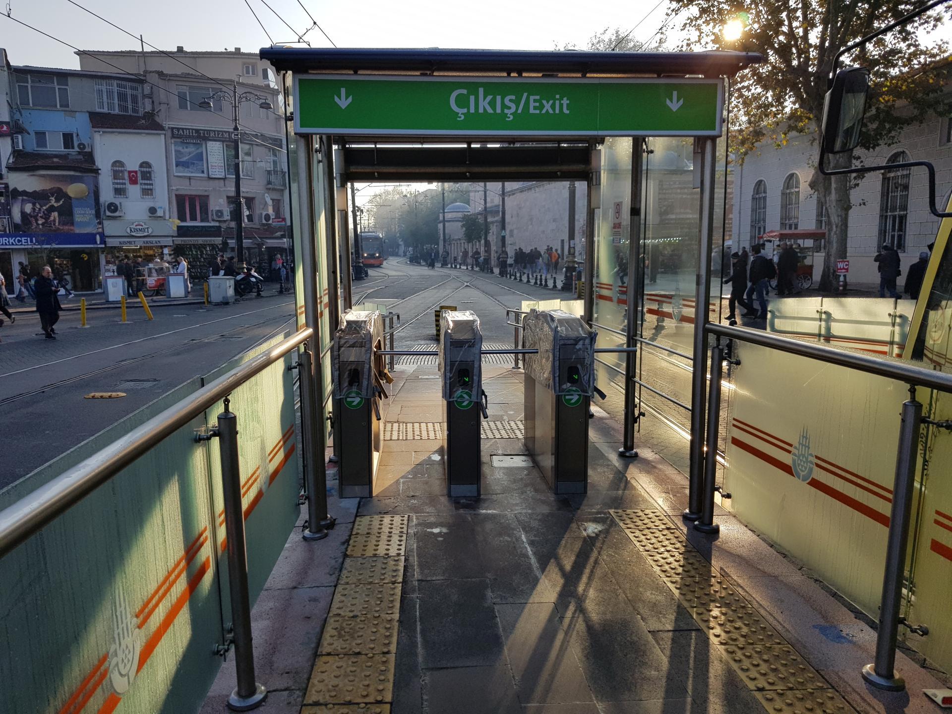 Выход с трамвайной остановки Стамбул