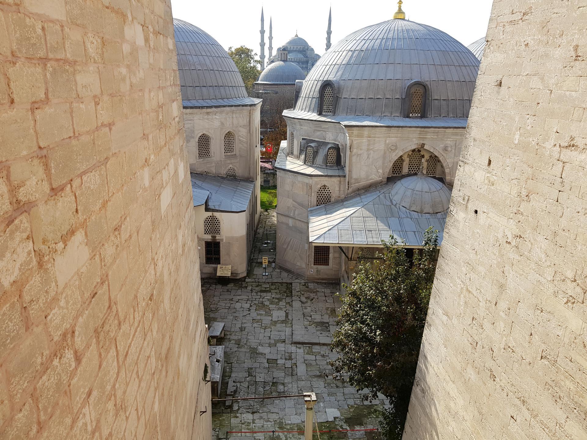 Вид на Голубую мечеть из Собора святой Софии