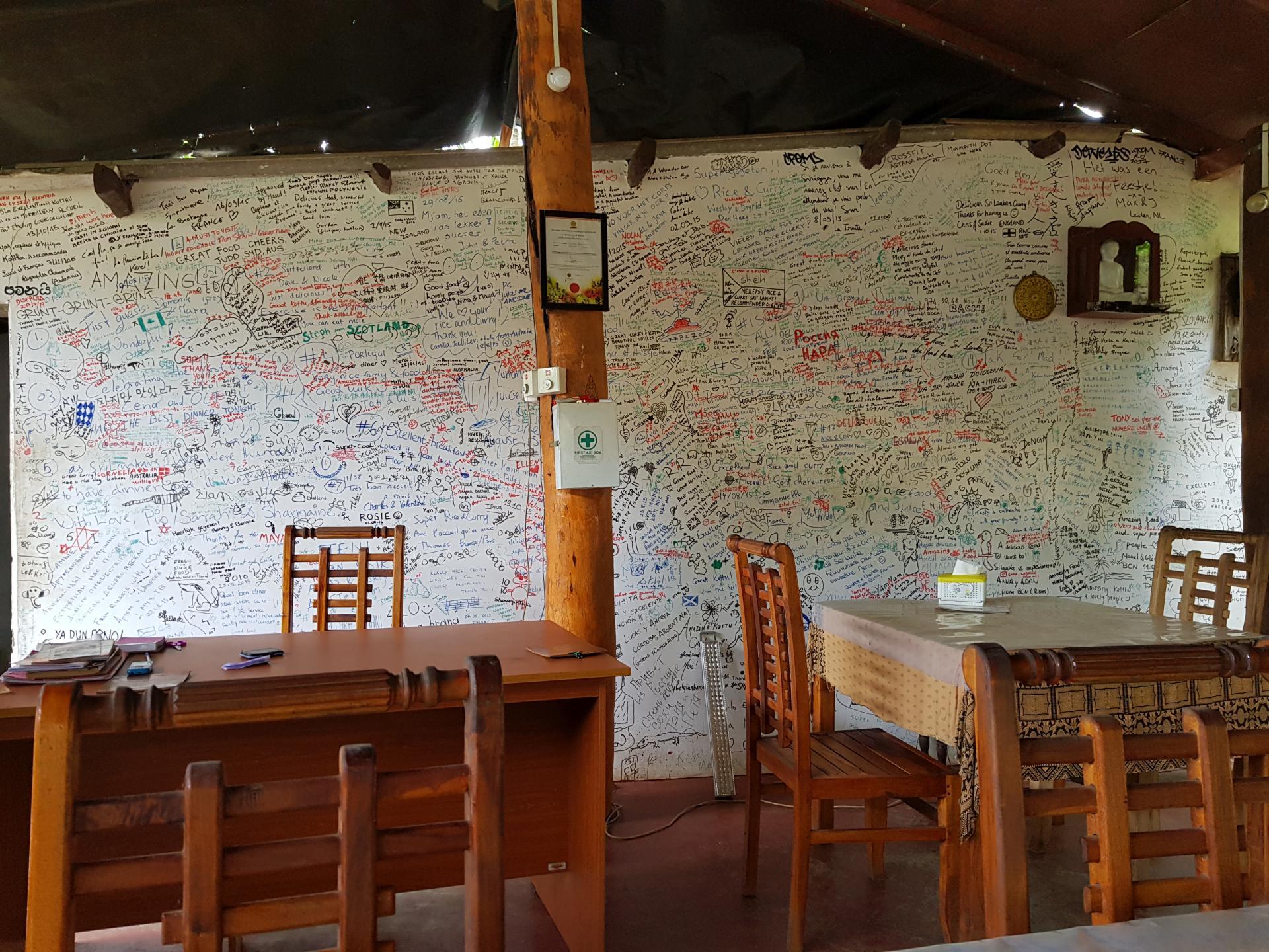 Стена в надписях в кафе, Сигирия