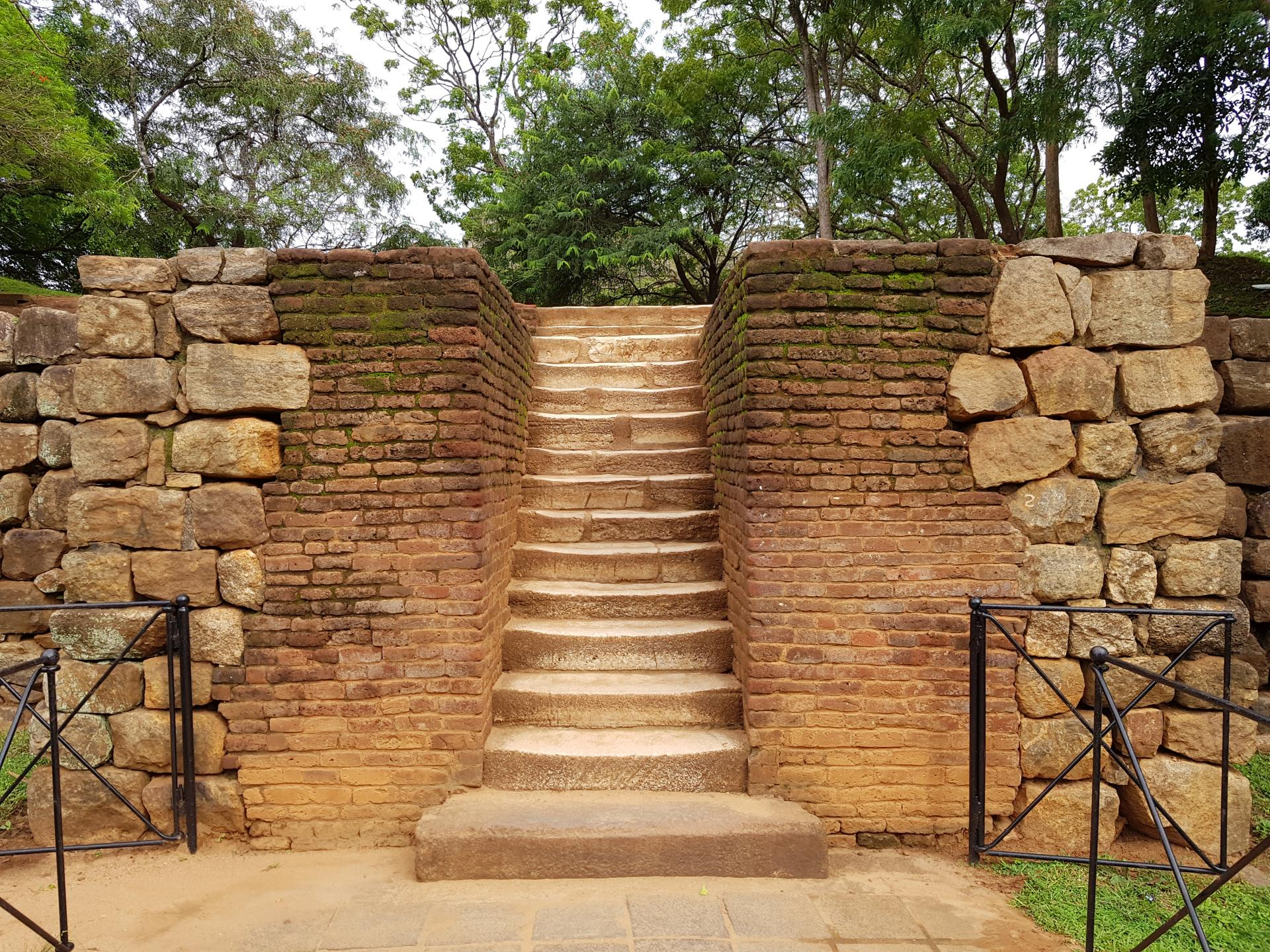 Каменная лестница на центральную аллею в Сигирии, Шри-Ланка