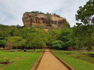 Вид на скалу Сигирия со стороны центральной аллеи, Шри-Ланка