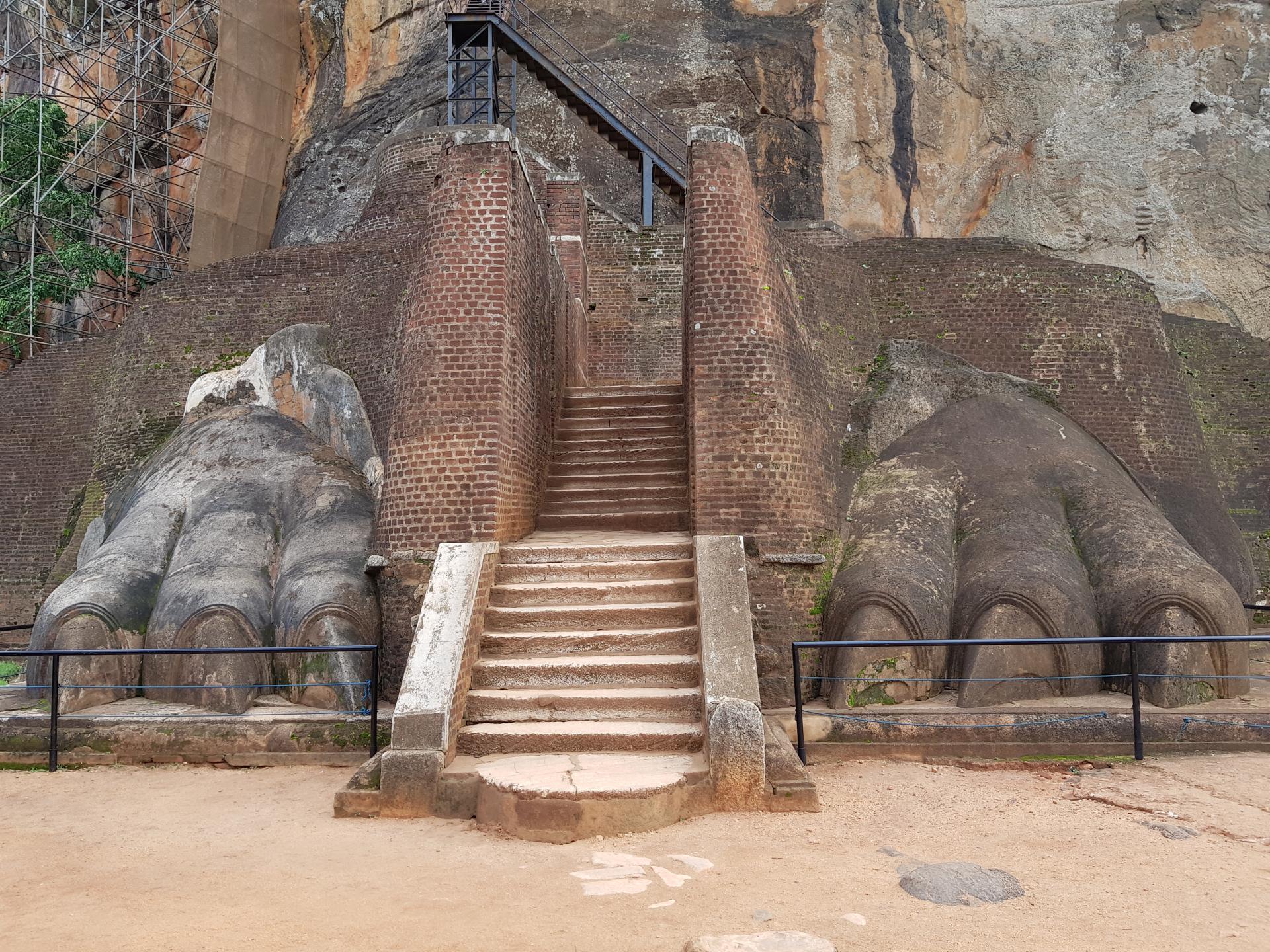 Лапы каменного льва, Сигирия