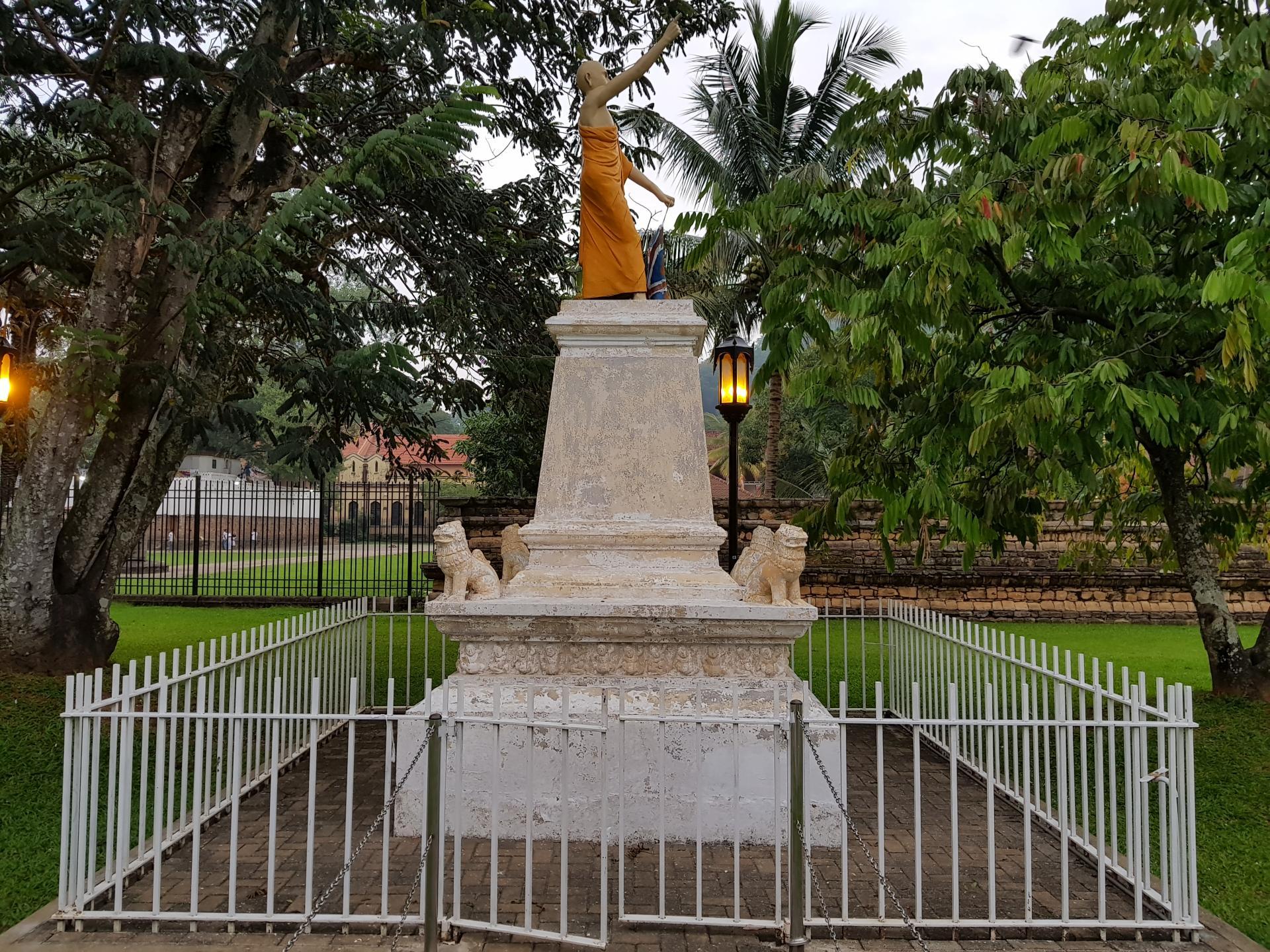 Статуя перед храмом Зуба Будды в Канди, Шри-Ланка.