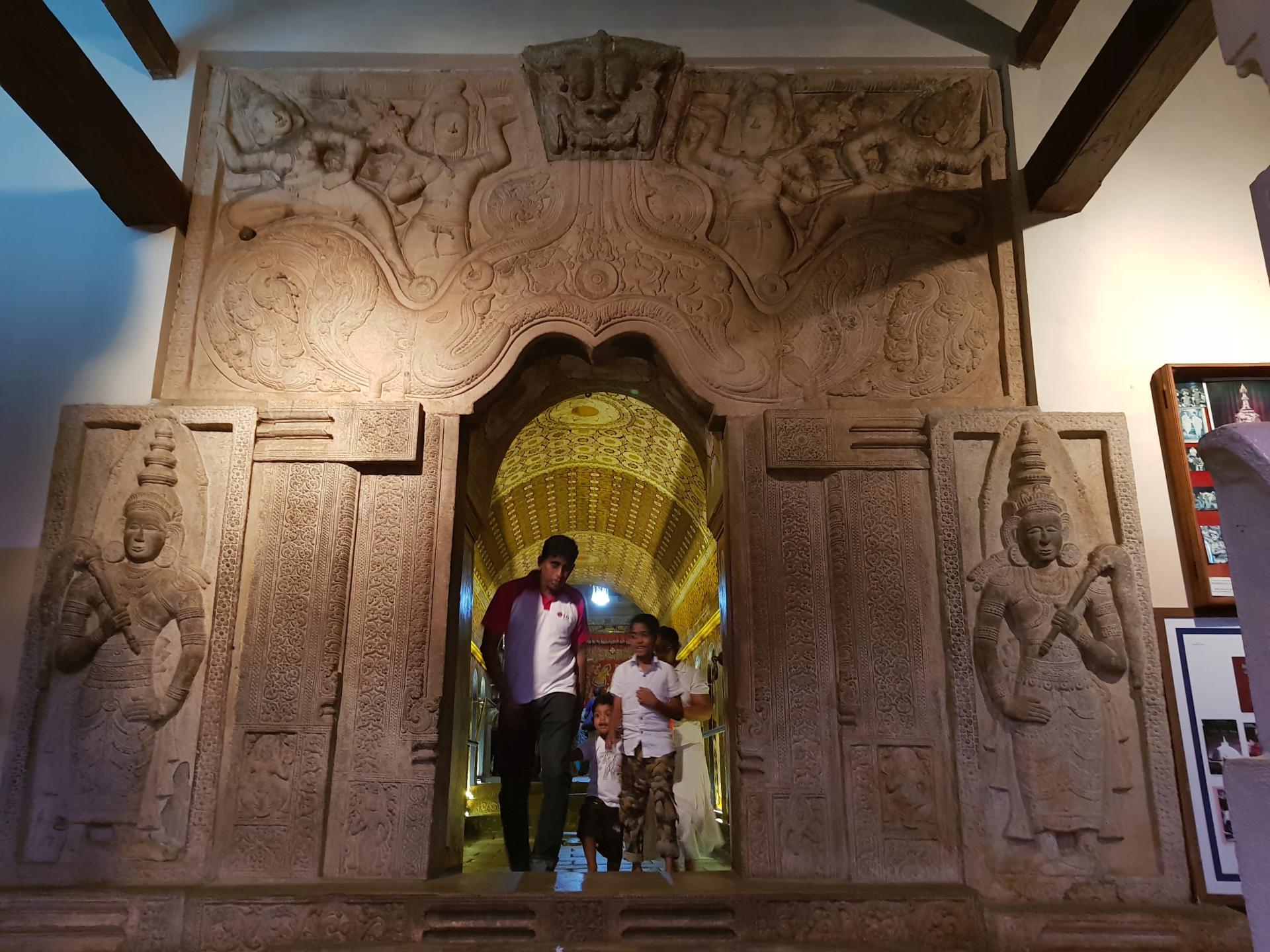 Вход в храм Зуба Будды, Канди, Шри-Ланка.