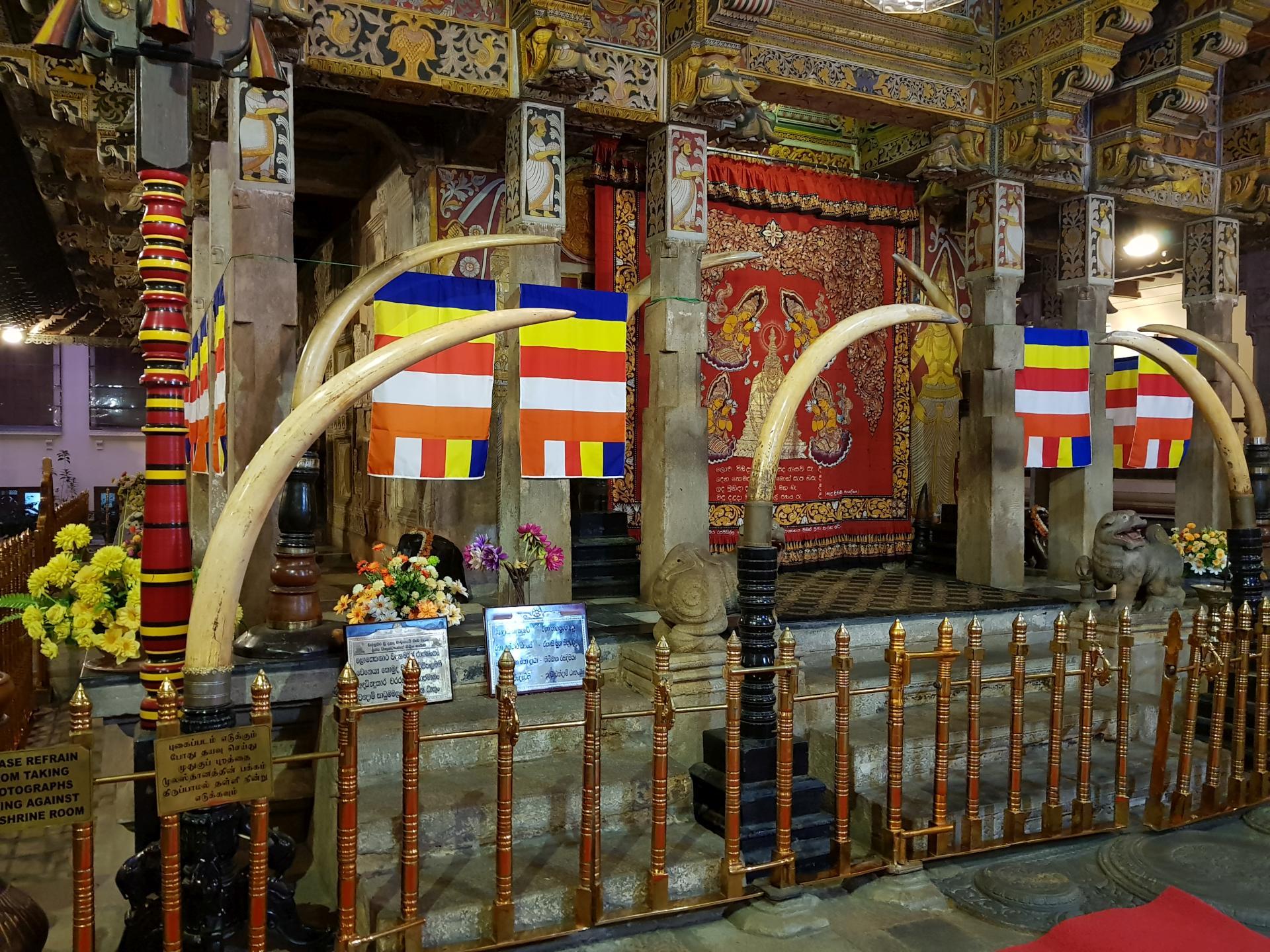 Храм Зуба Будды в Канди, Шри-Ланка.