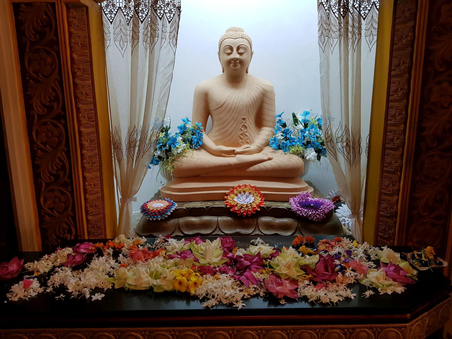 В храме Зуба Будды в Канди, Шри-Ланка.