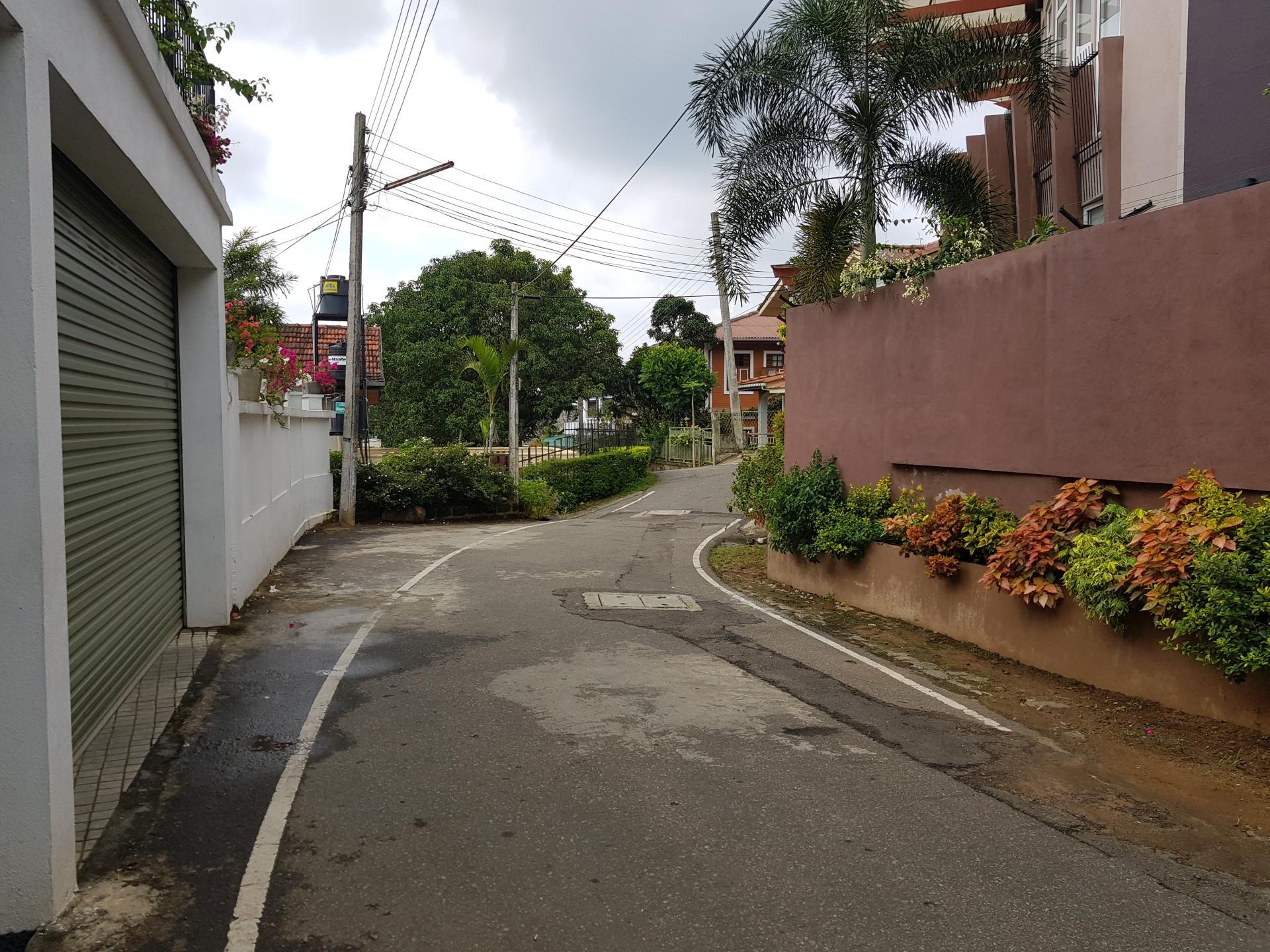 Улица около отеля в Канди