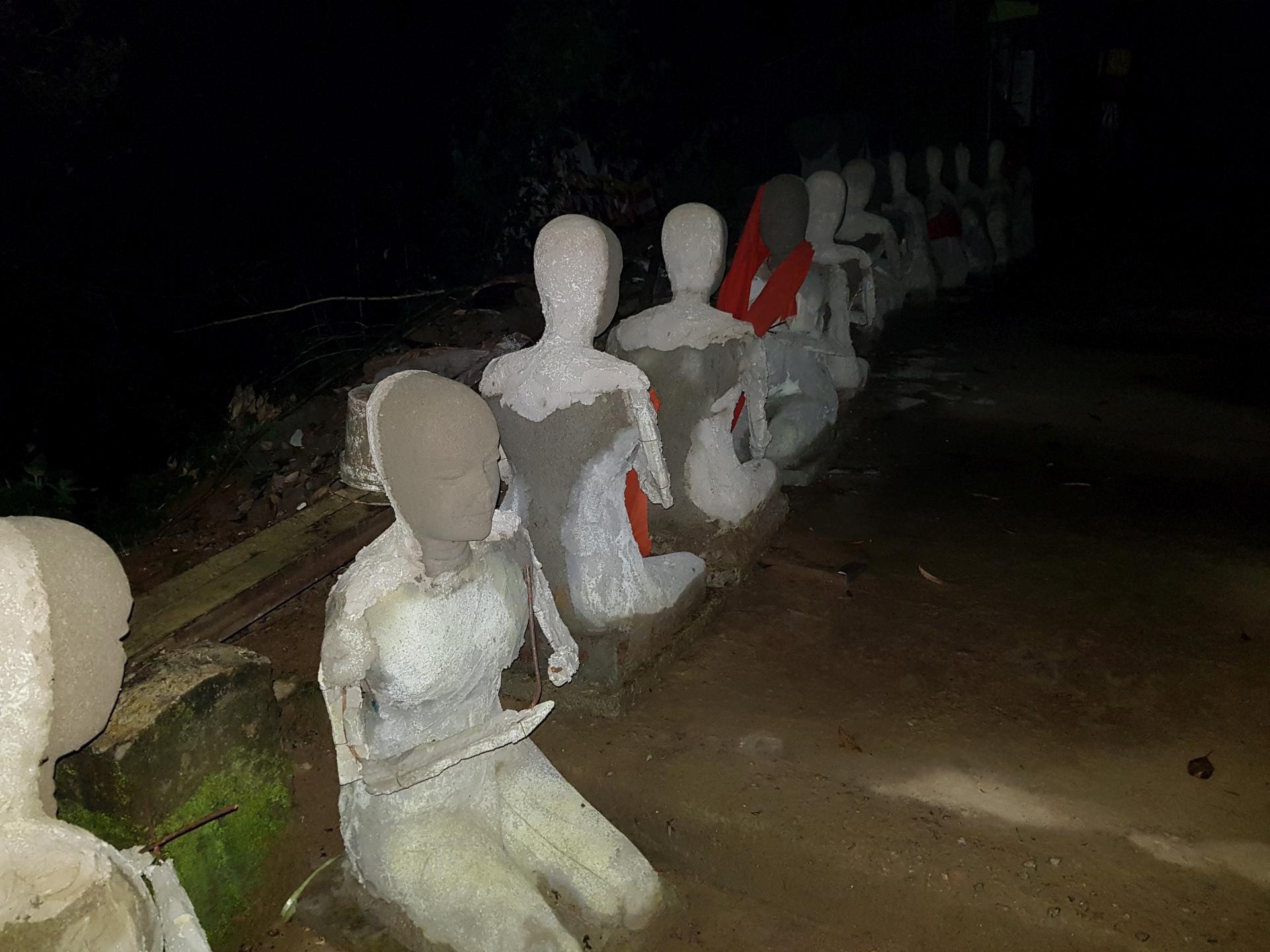 каменные статуи на тропе к пику Адама