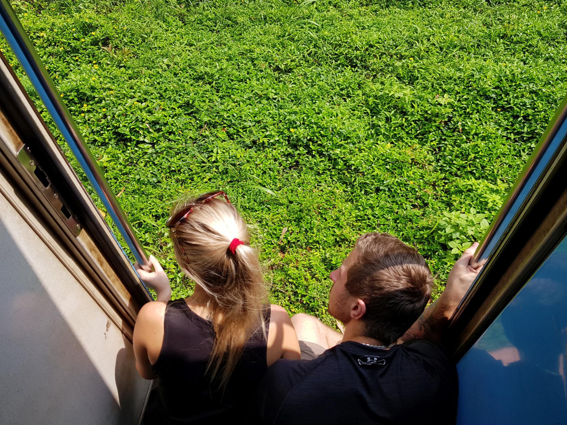 Открытые двери в поезде на Шри-Ланке