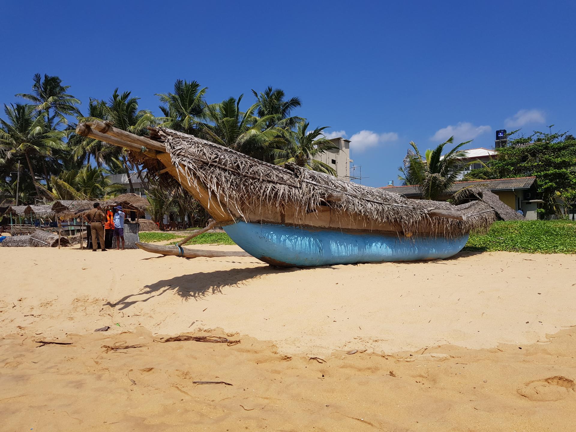 Лодка на пляже Хиккадувы