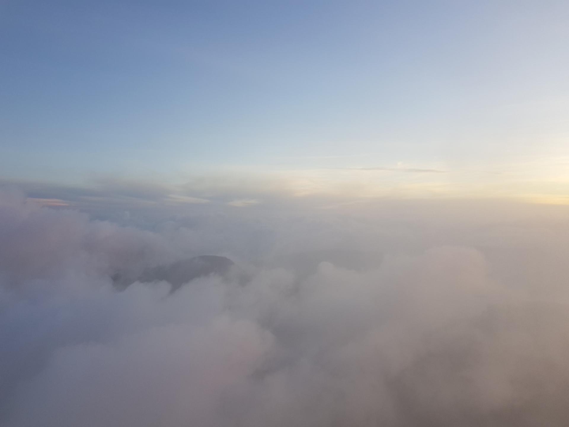 вид на облака с пика Адама, Шри-Ланка