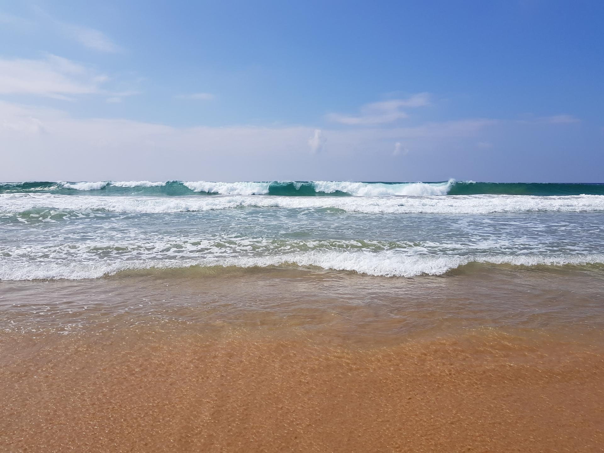 Океанские волны. Пляж Хиккадува, Шри-Ланка.