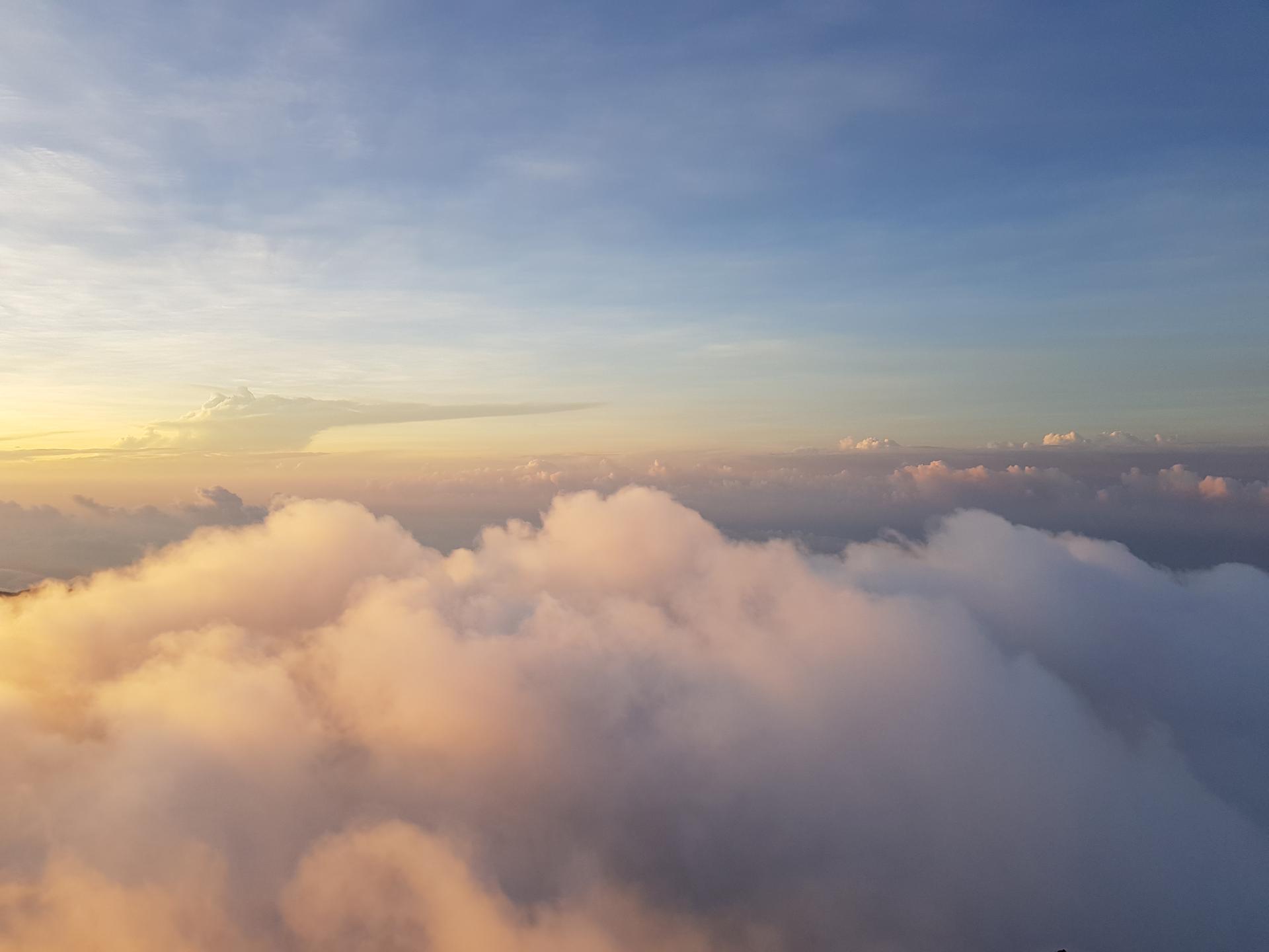 освещенные солнцем облака с пика Адама, Шри-Ланка