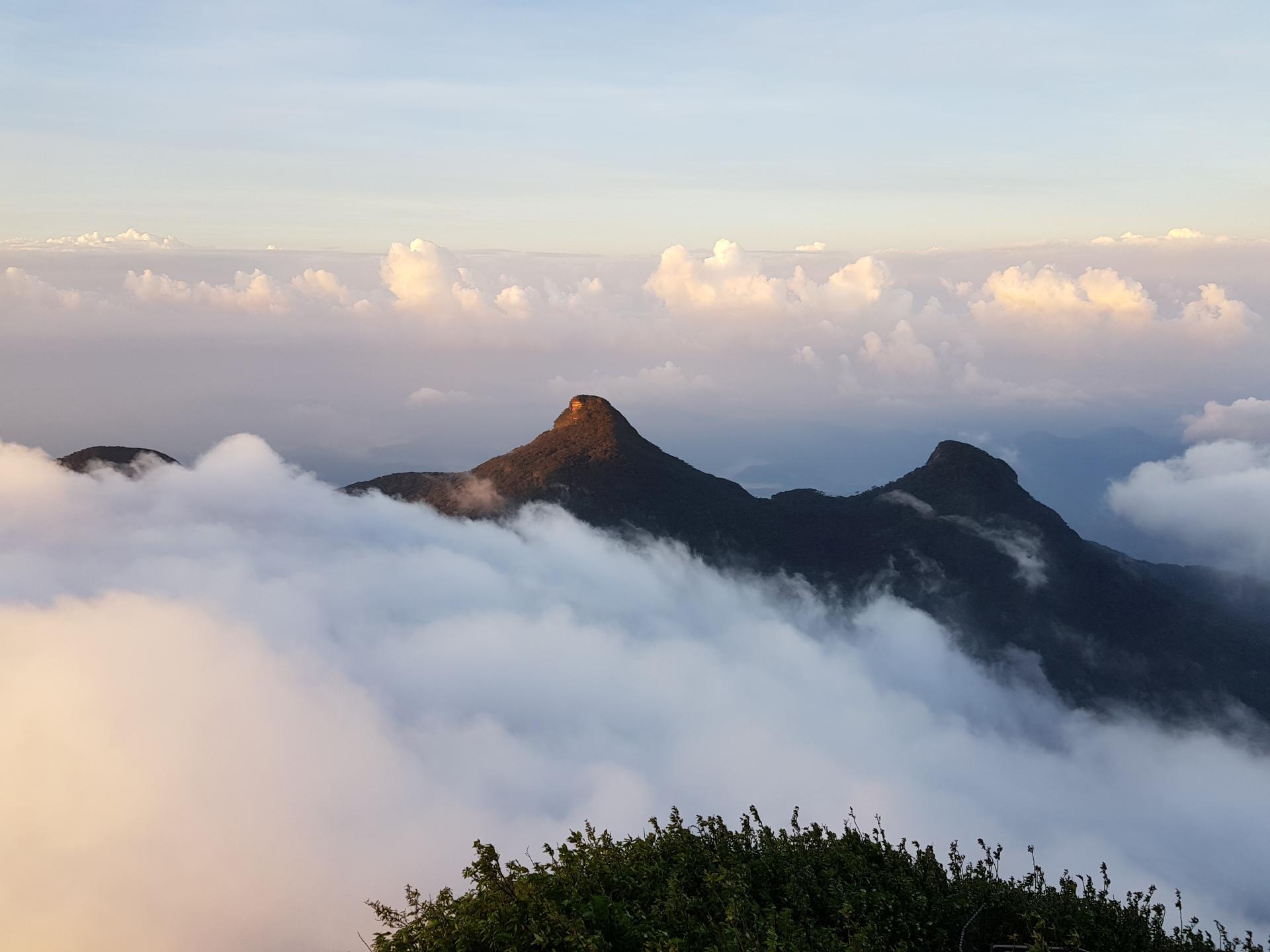 вид на соседние горы с пика Адама, Шри-Ланка