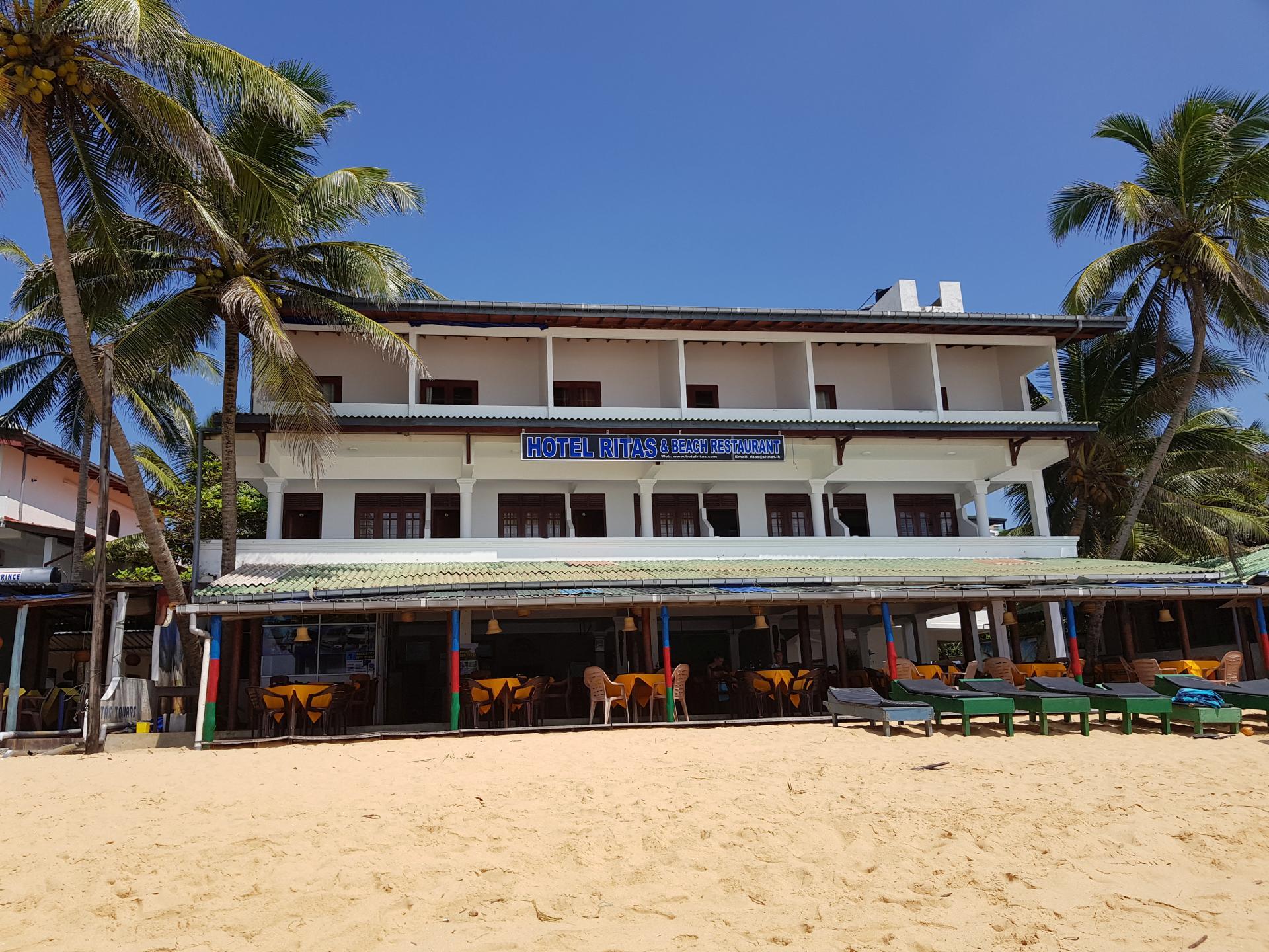 Отель-ресторан на пляже в Хиккадуве