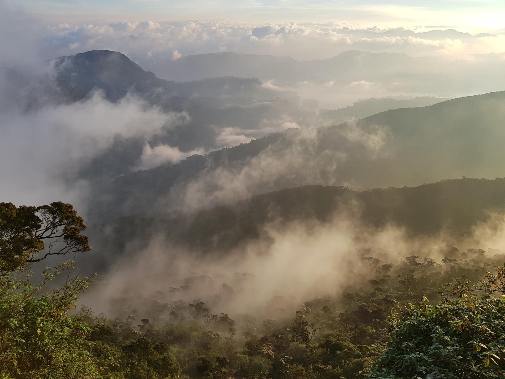 Горный склон пика Адама в облаках