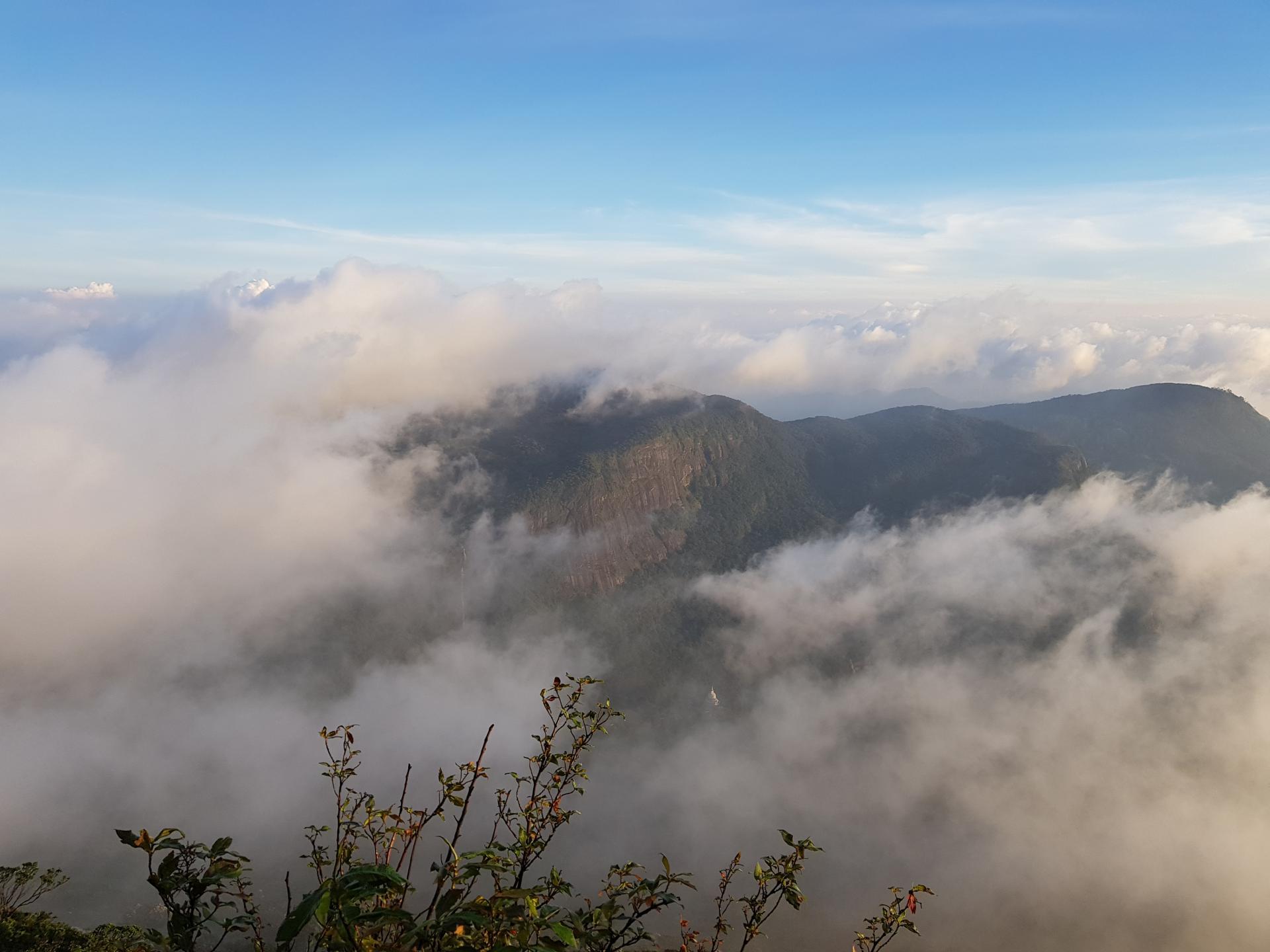 виды на соседние горы с пика Адама, Шри-Ланка.