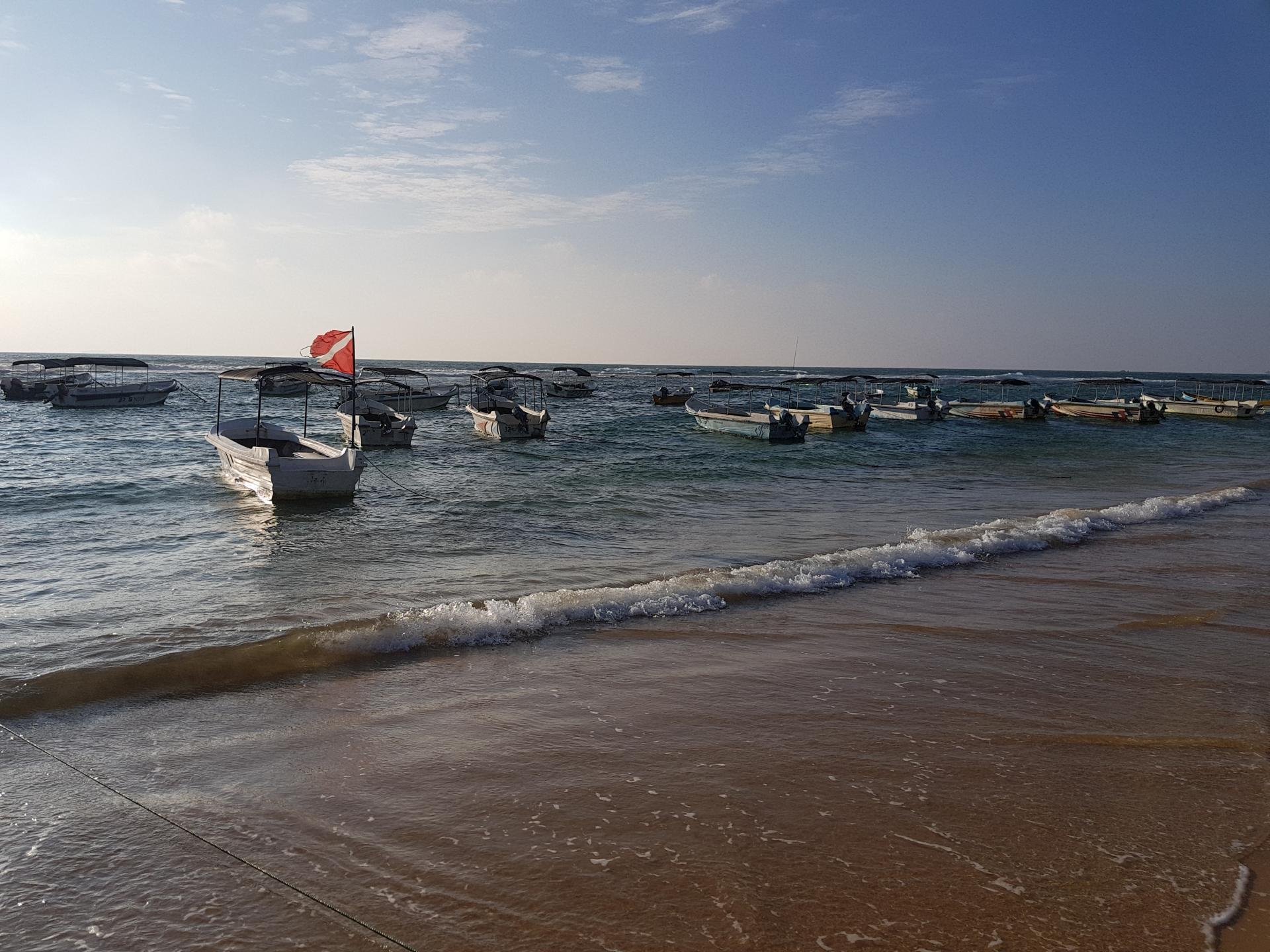 Лодки на пляже, Хиккадува, Шри-Ланка