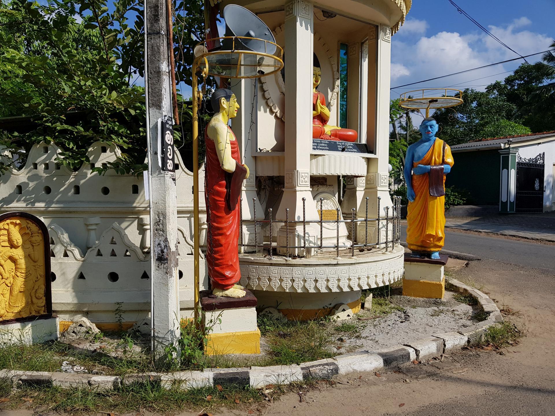 перекресток с буддийскими статуями в Хиккадуве, Шри-Ланка.