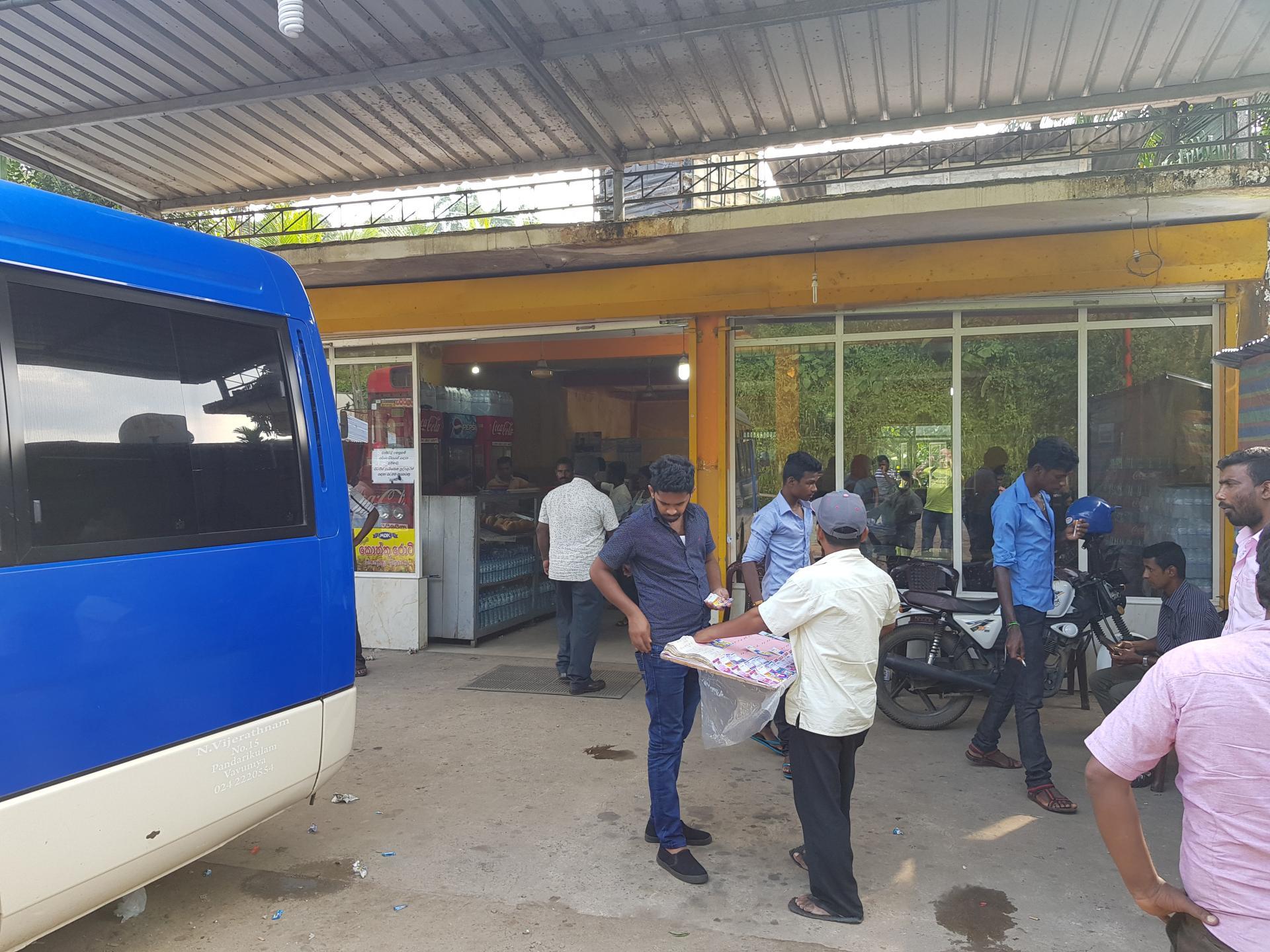На автобусной остановке в Шри-Ланке