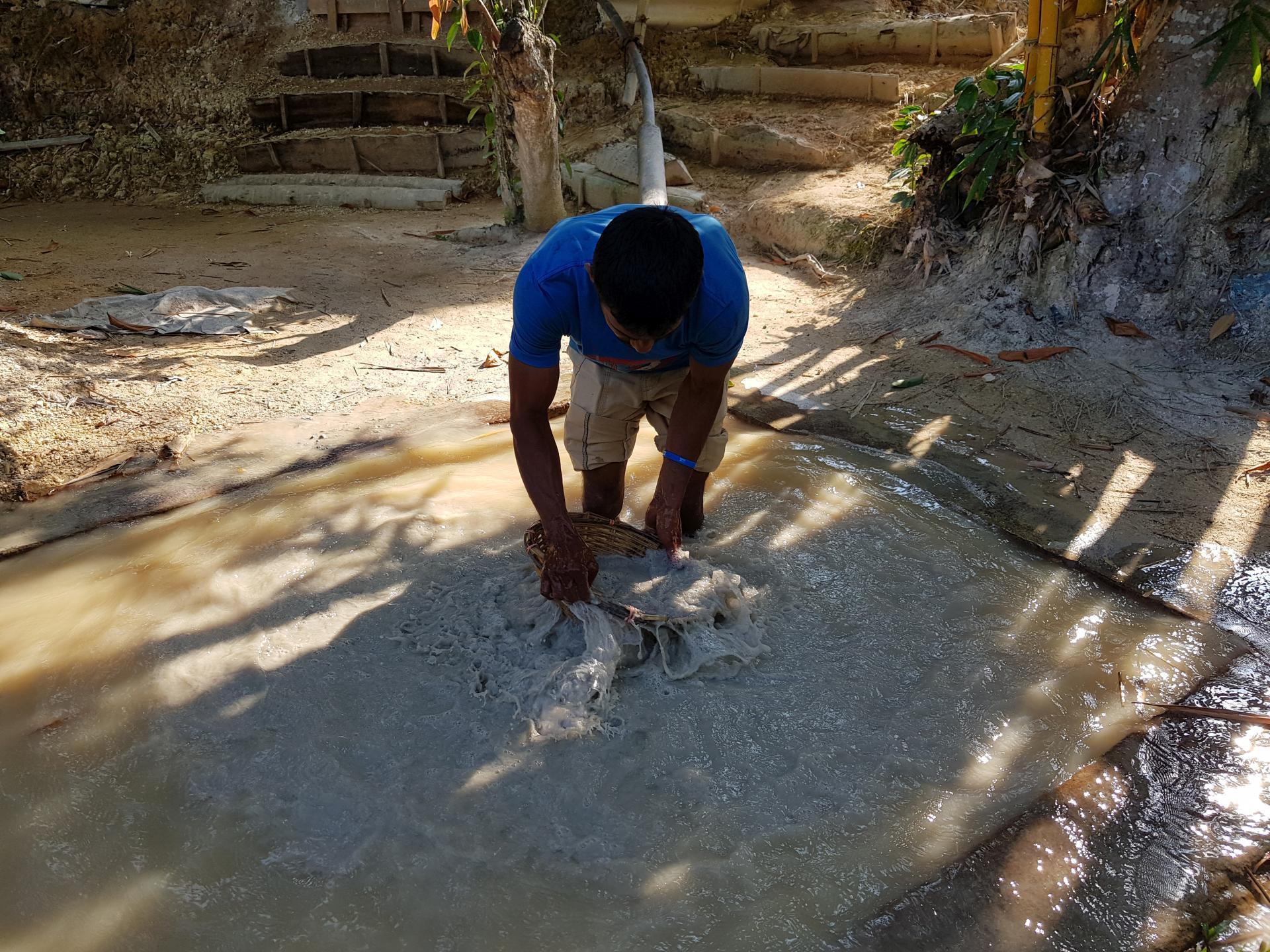 промывка породы для добычи драгоценных камней
