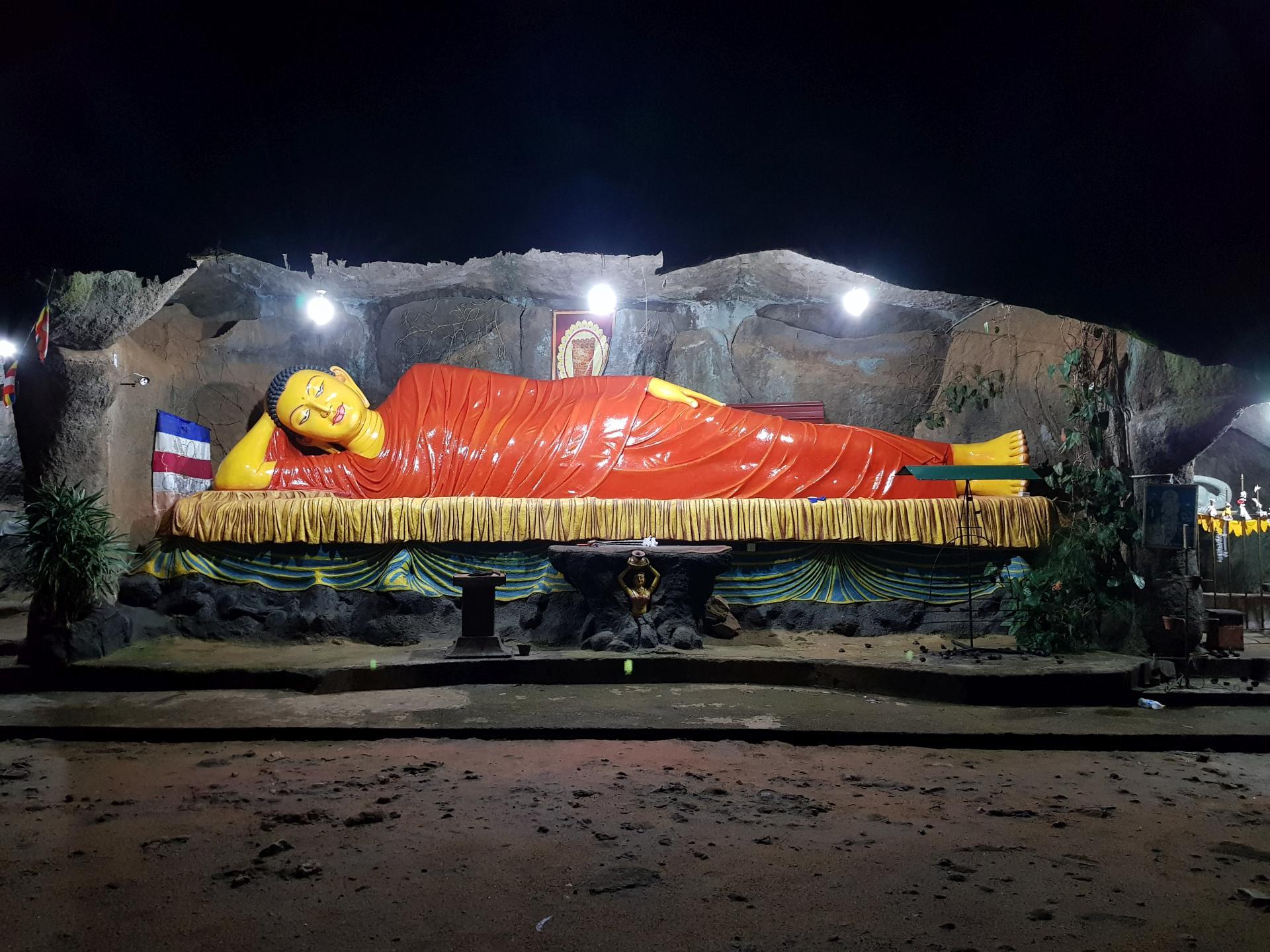 буддийский храм перед подъемом на пик Адама, Шри-Ланка