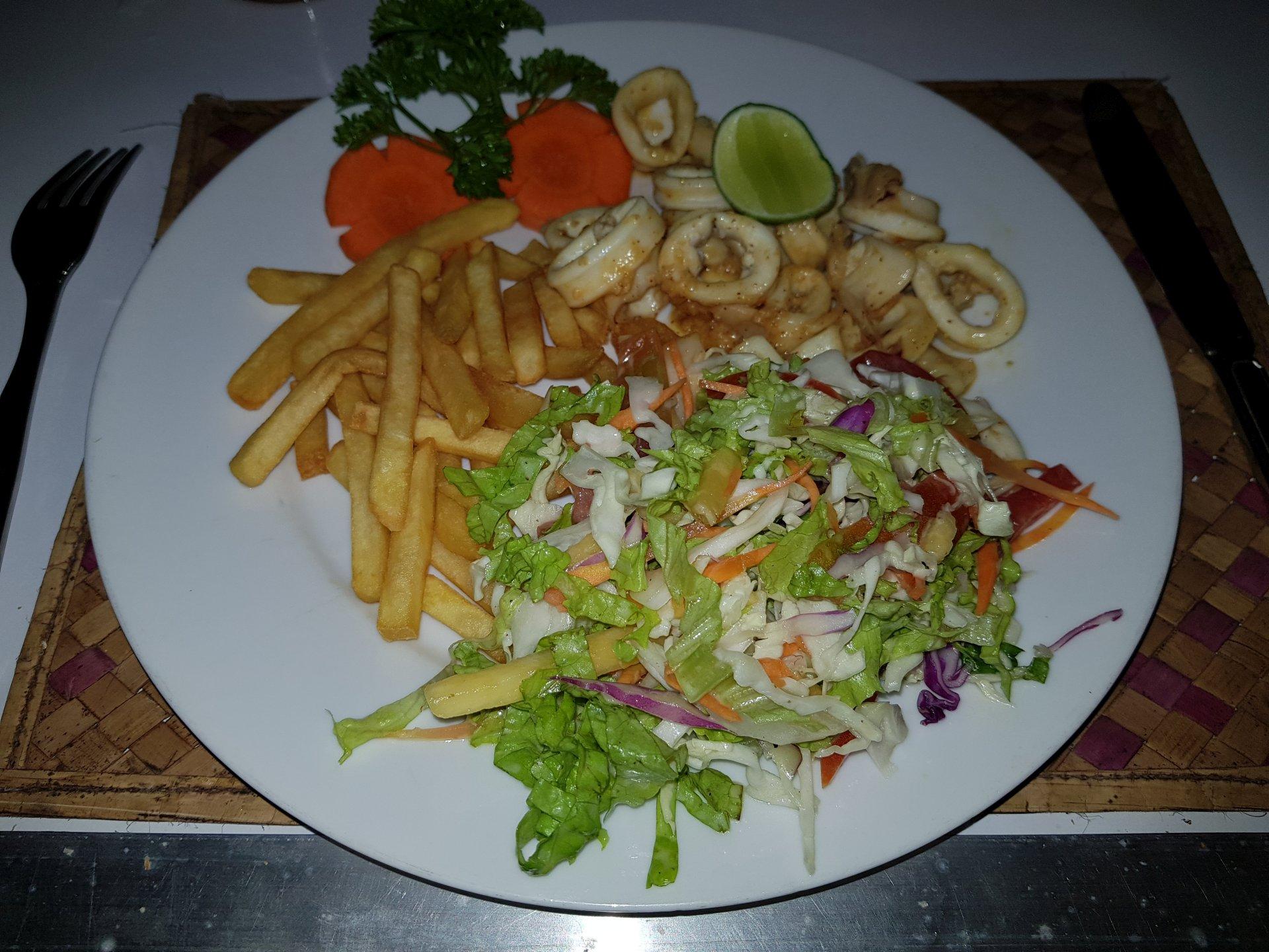 жареные кальмары с салатом и картофелем