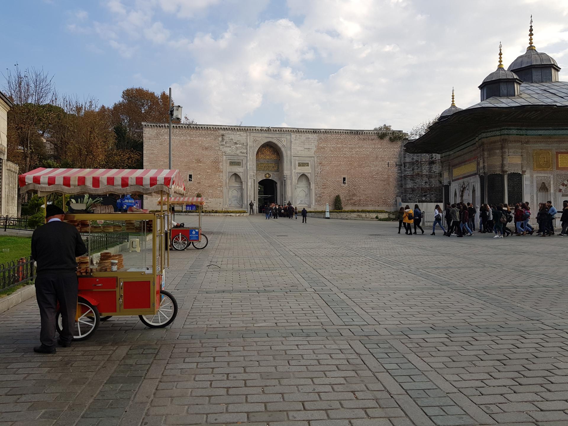 Площадь перед дворцом Топкапы