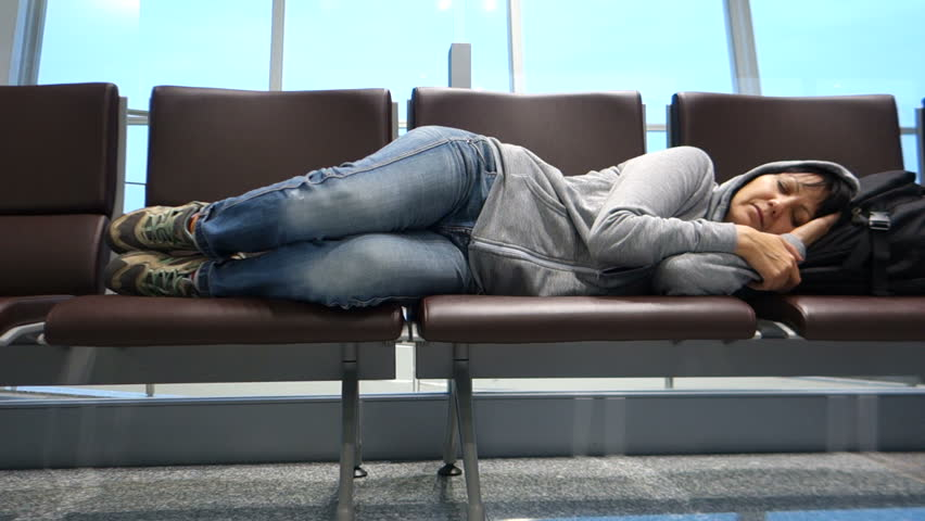 спит в аэропорту