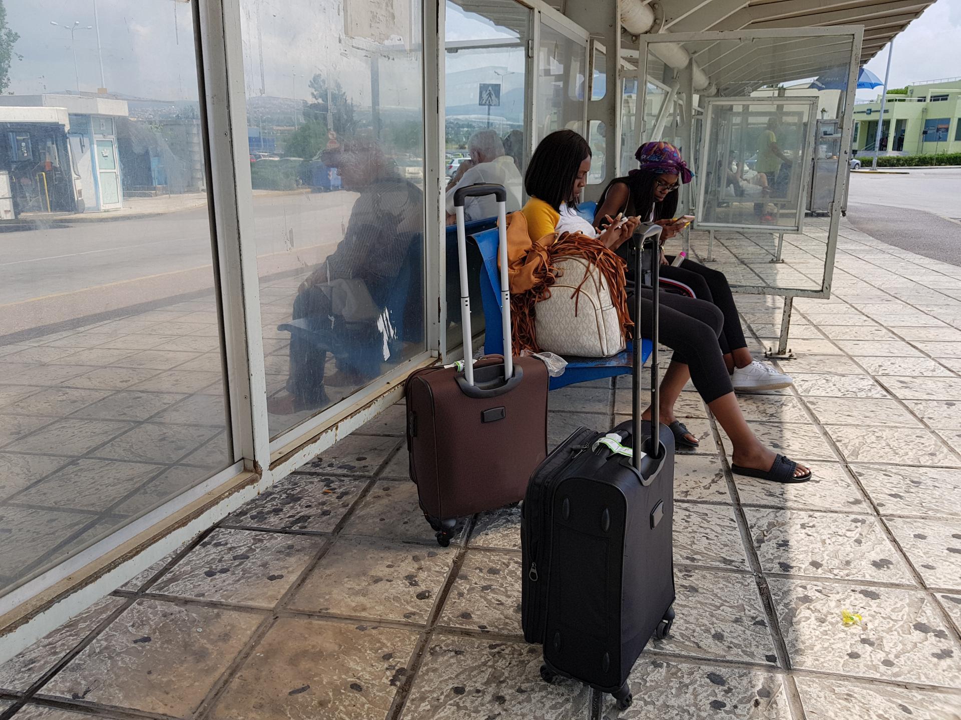 негритянки на остановке