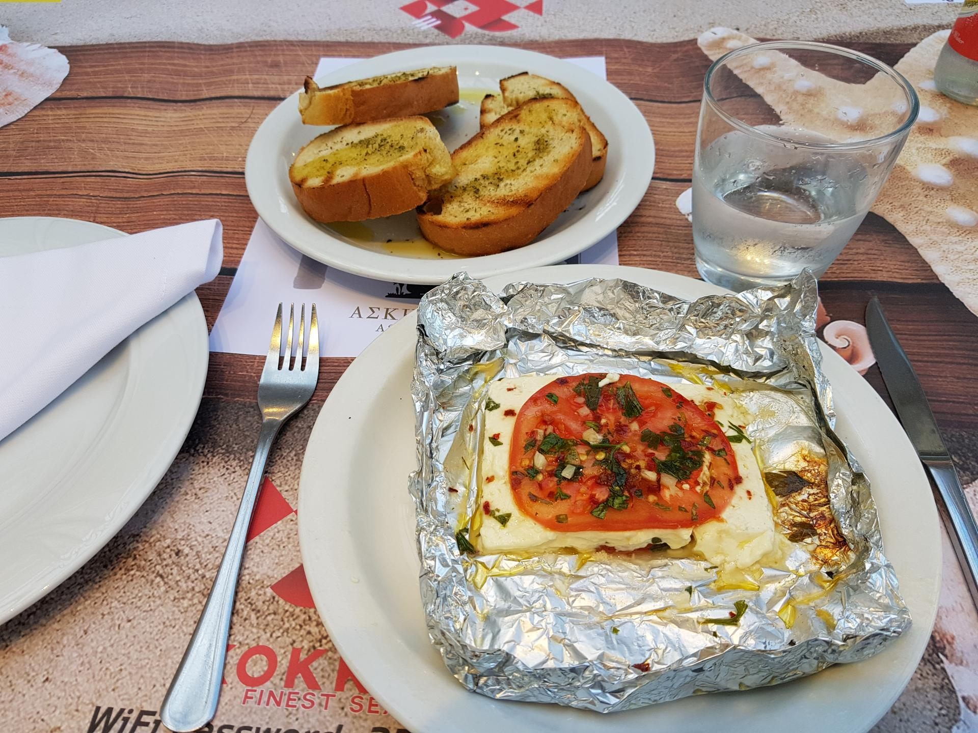 сыр запеченный с помидорами и чесноком