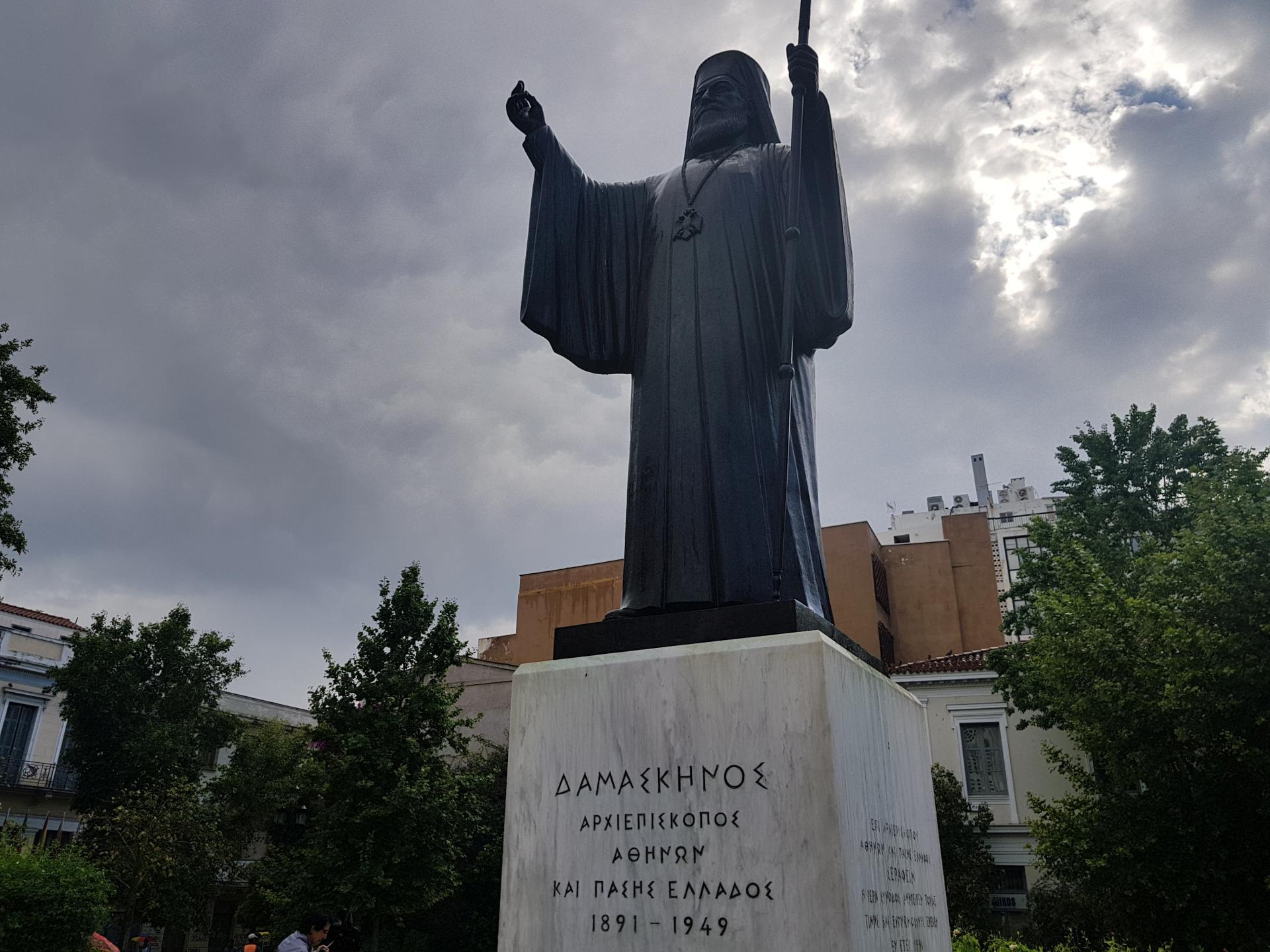 памятник архиепископу Дамаскину