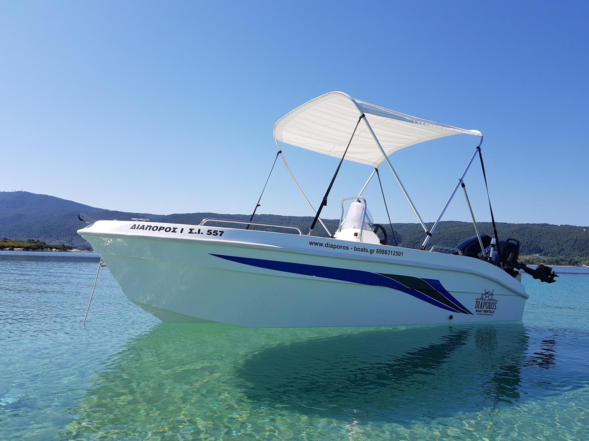 лодка на прозрачной воде