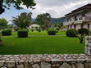 ухоженный газон в Греции