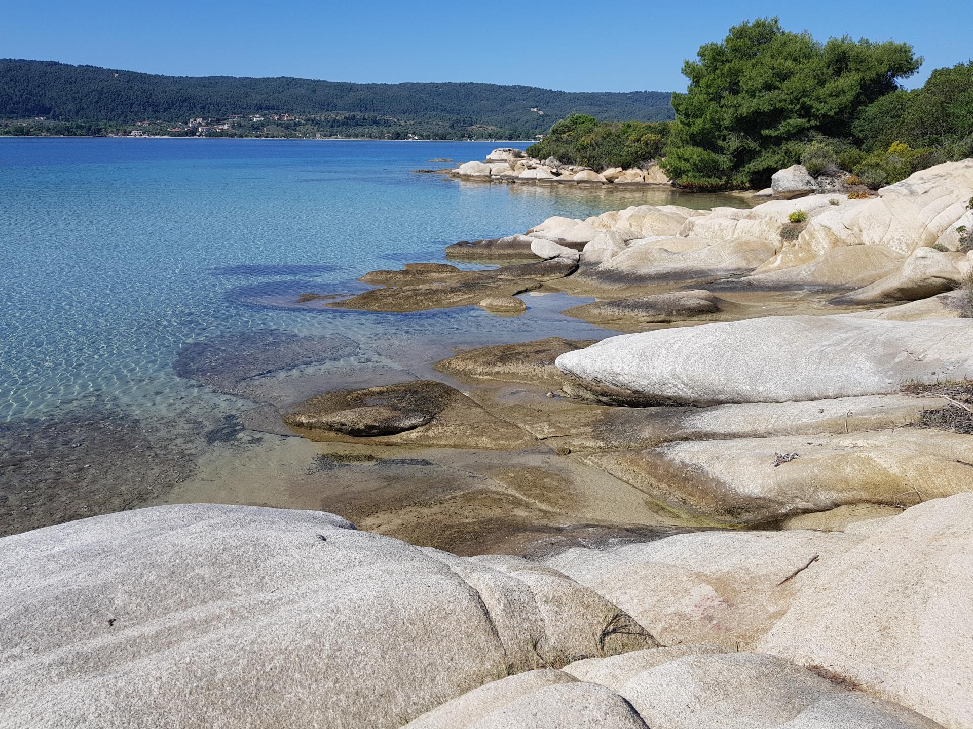 белые камни уходят в море