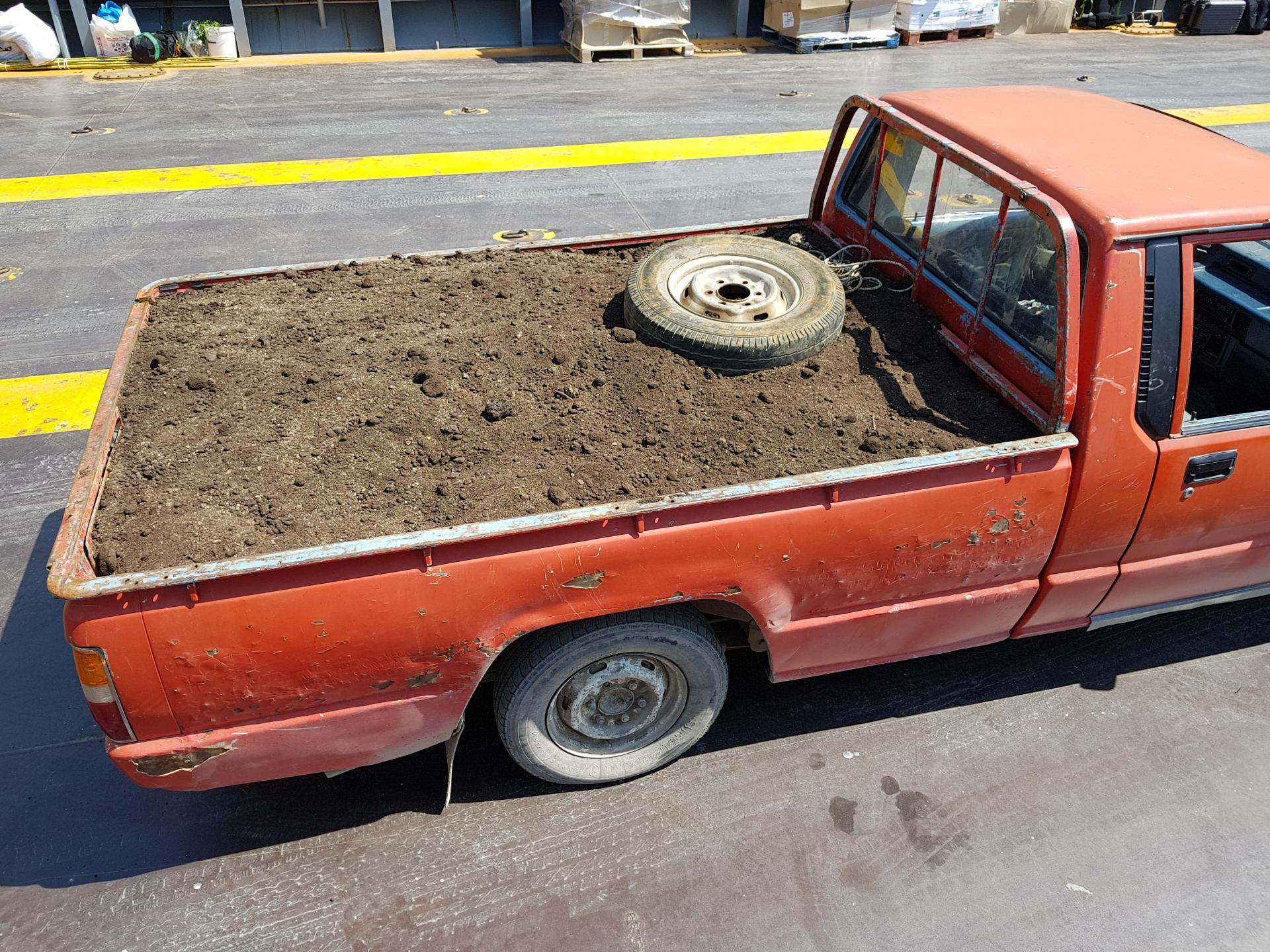 пикап с землей в кузове