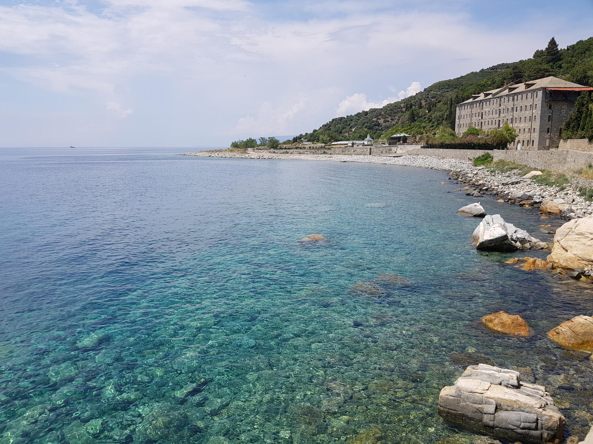 берег моря рядом с монастырем