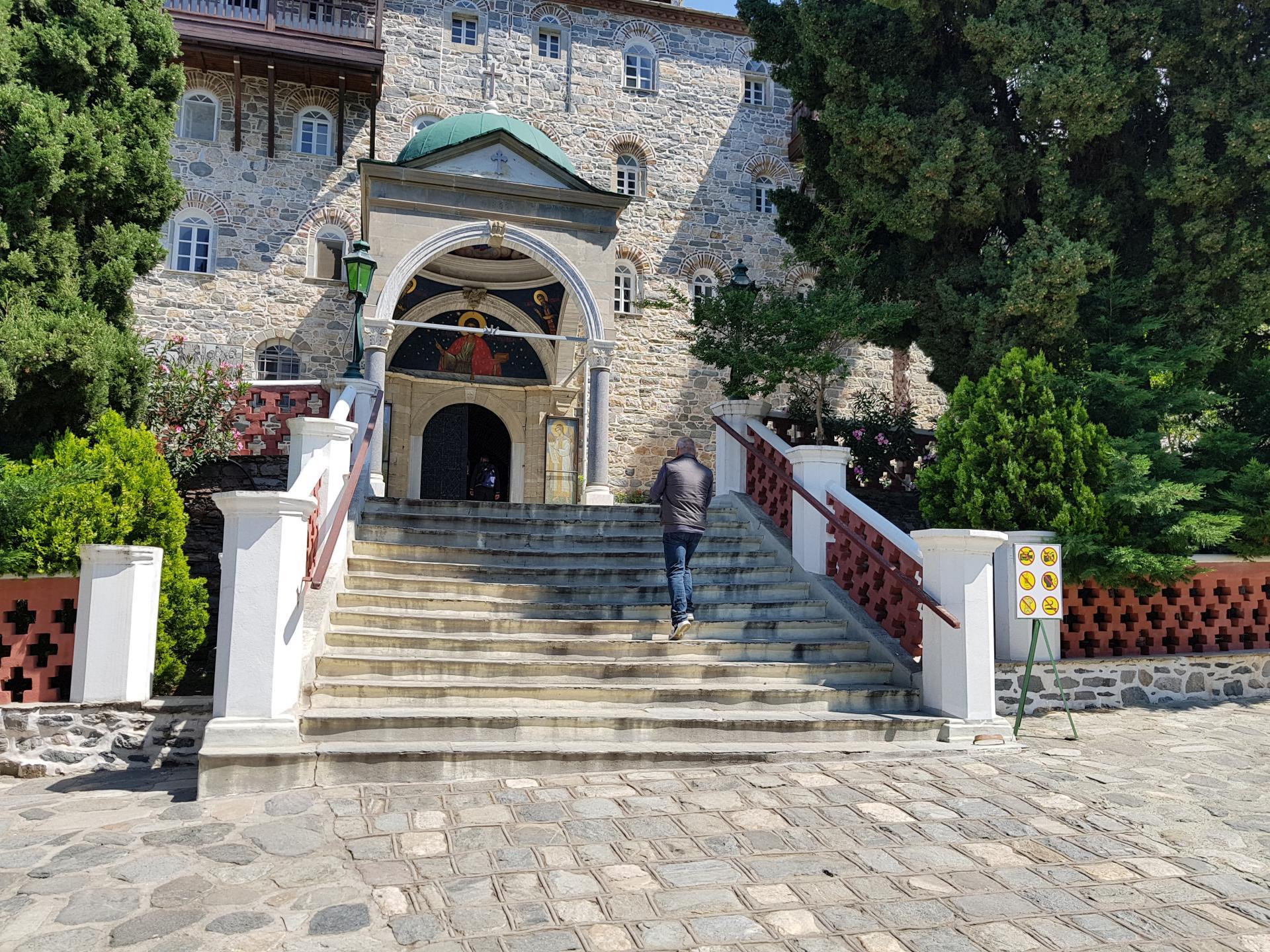 Вход в Свято-Пантелеймонов монастырь