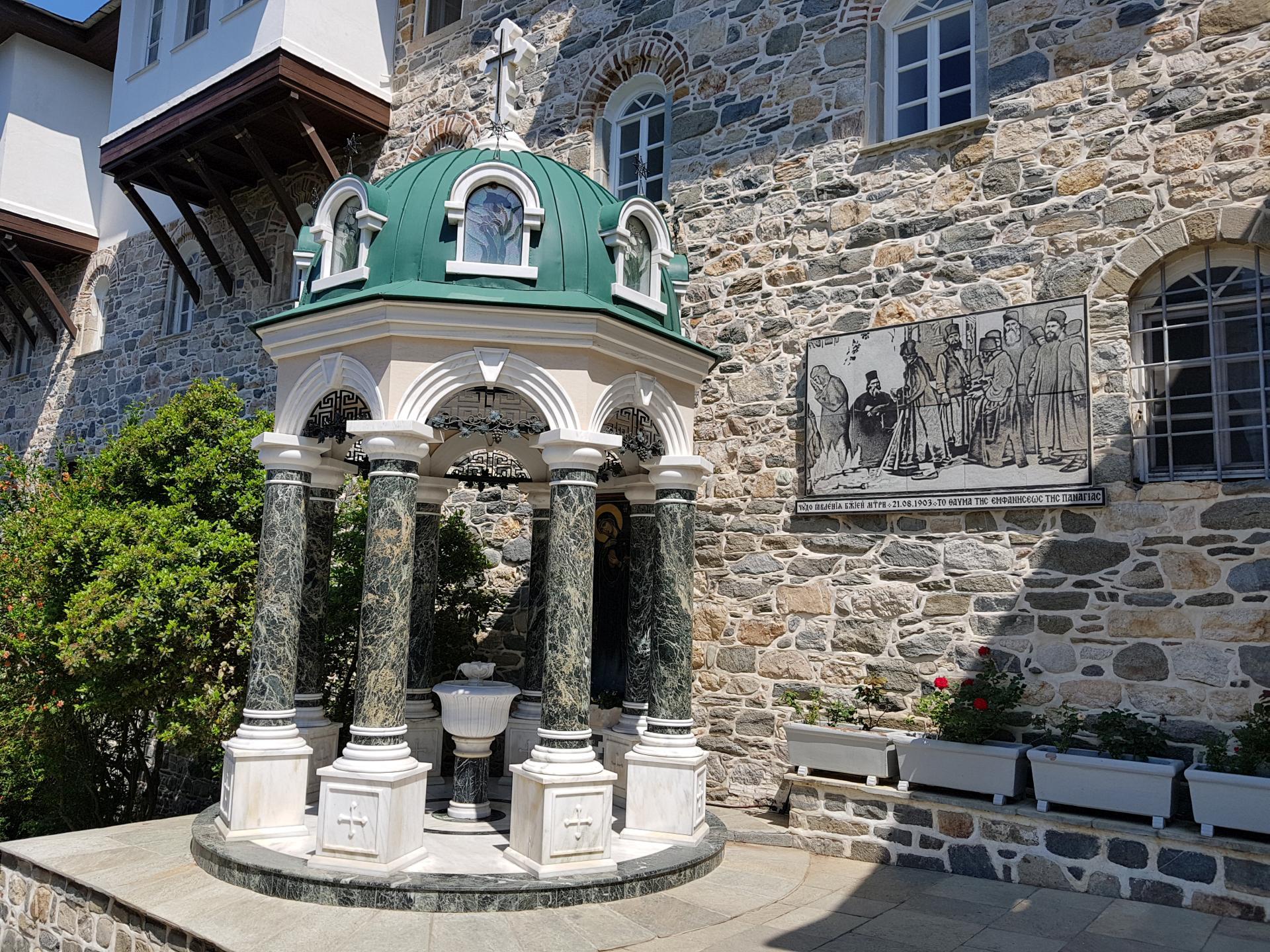 беседка перед входом в монастырь