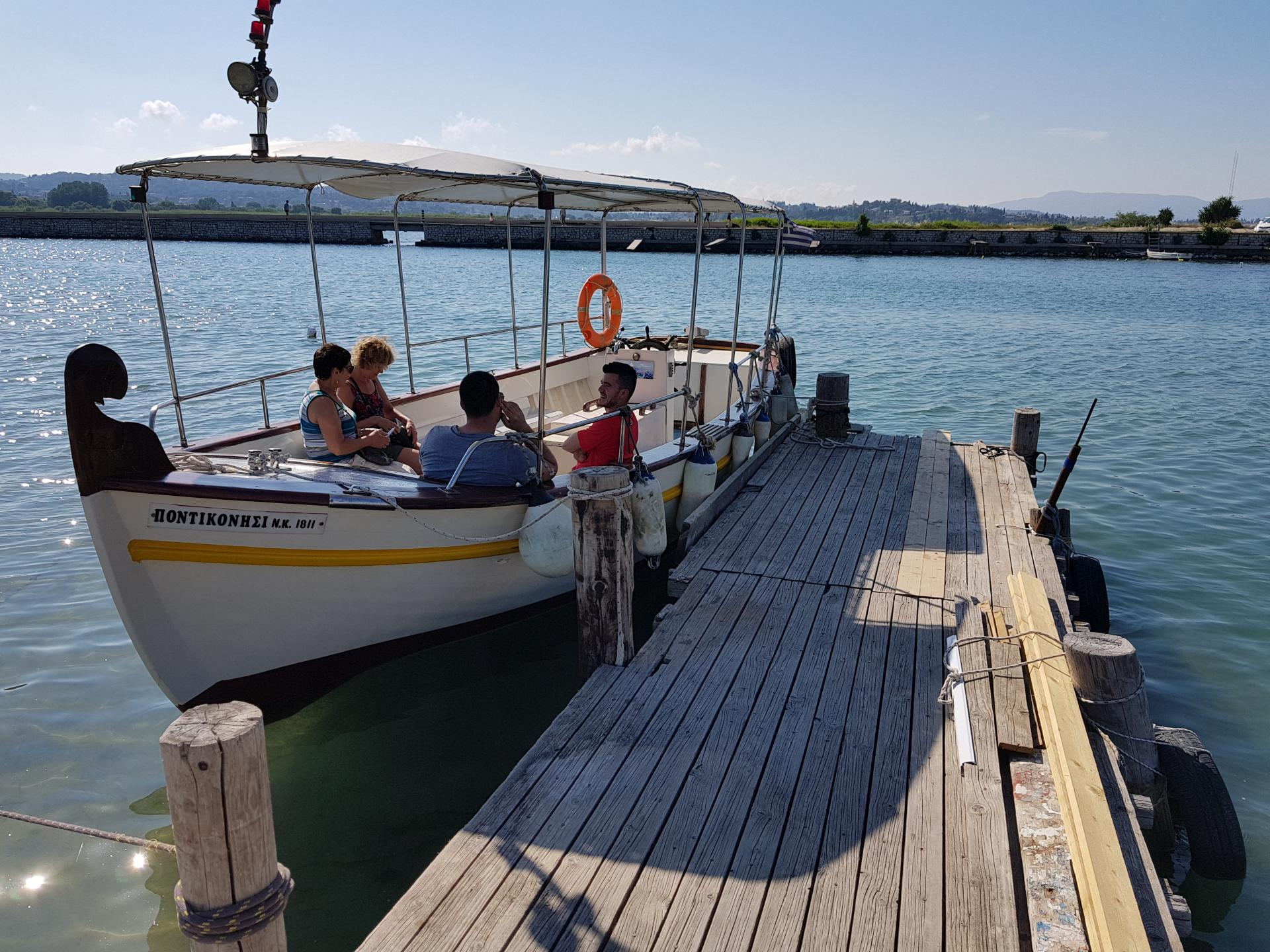 большая лодка с тентом