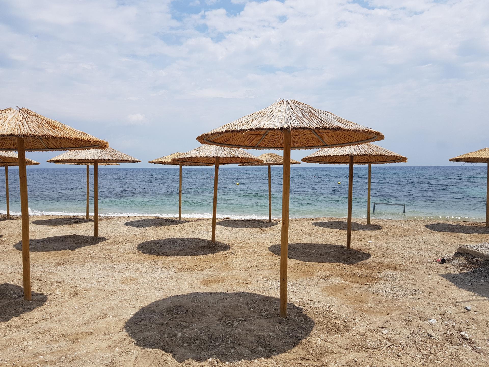 пляж Бенитсеса с зонтиками