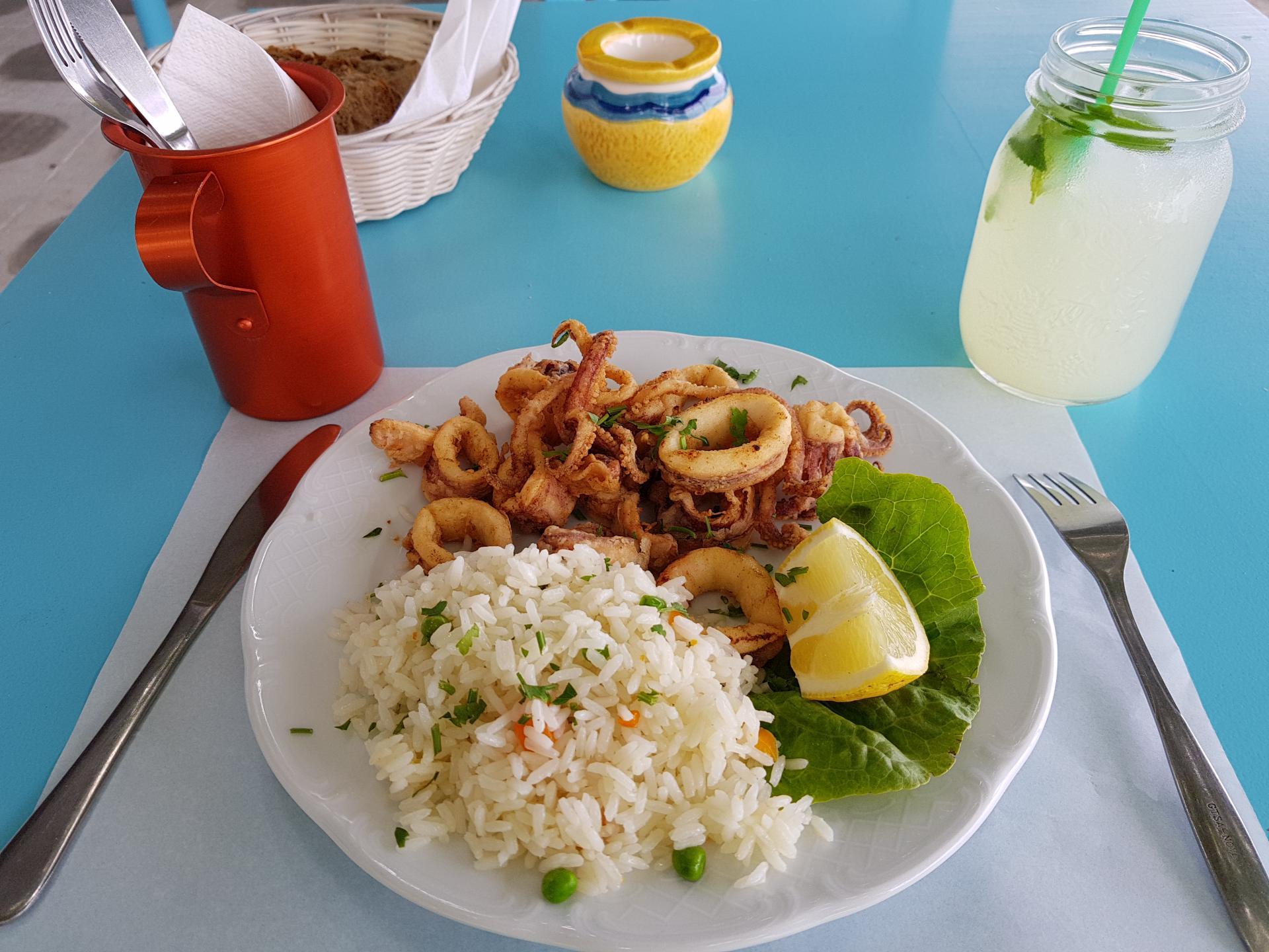 жареный кальмар с рисом и лимоном