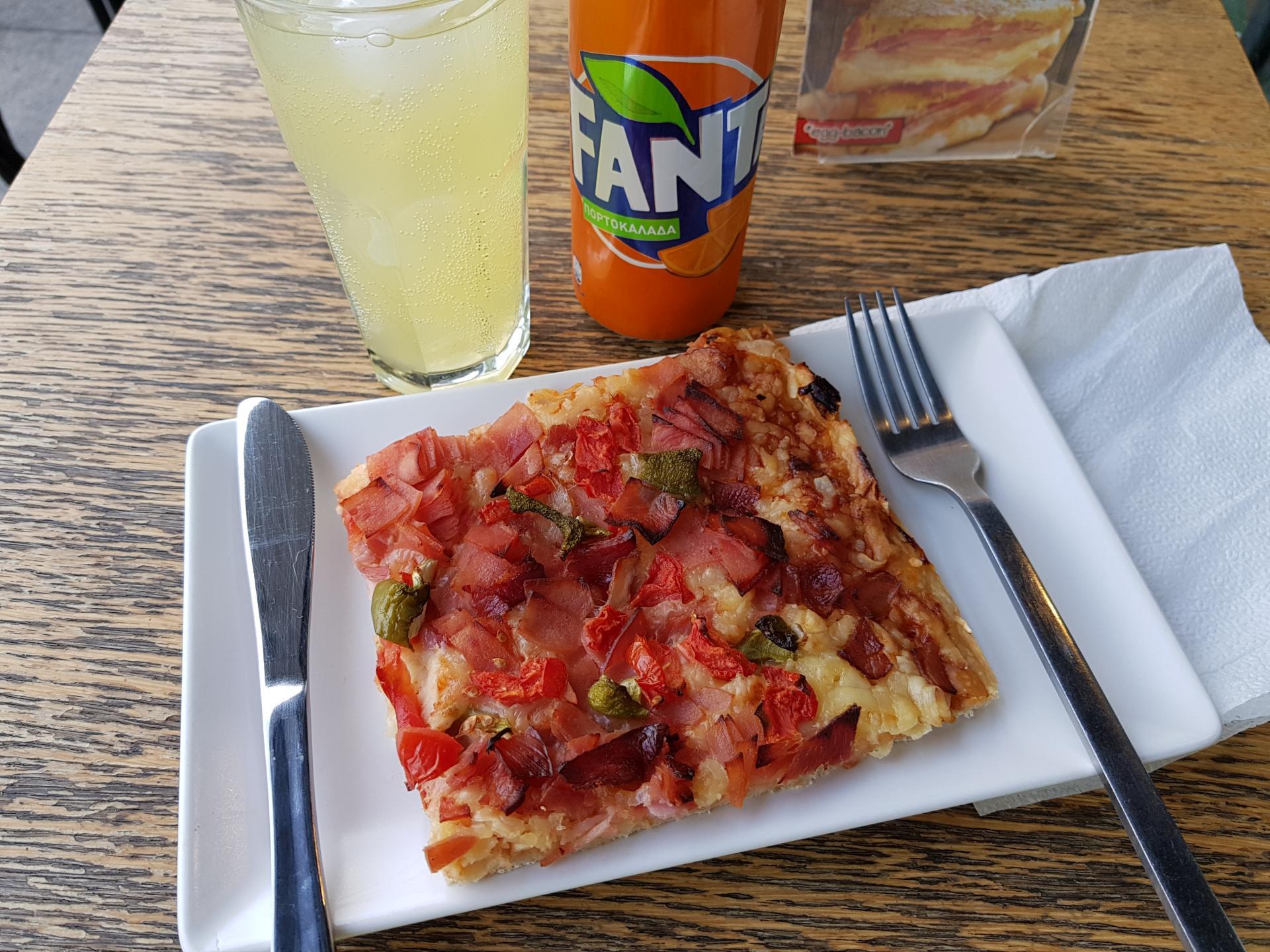 пицца в греческом кафе