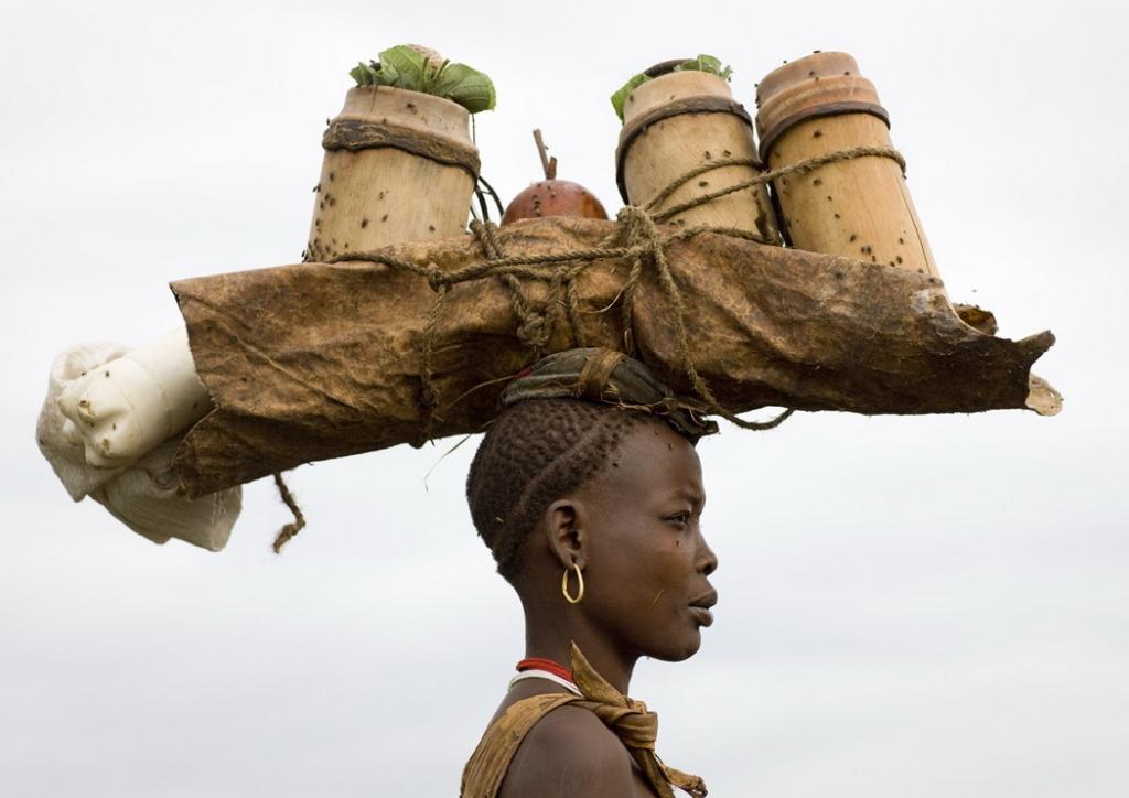 африканка держит груз на голове