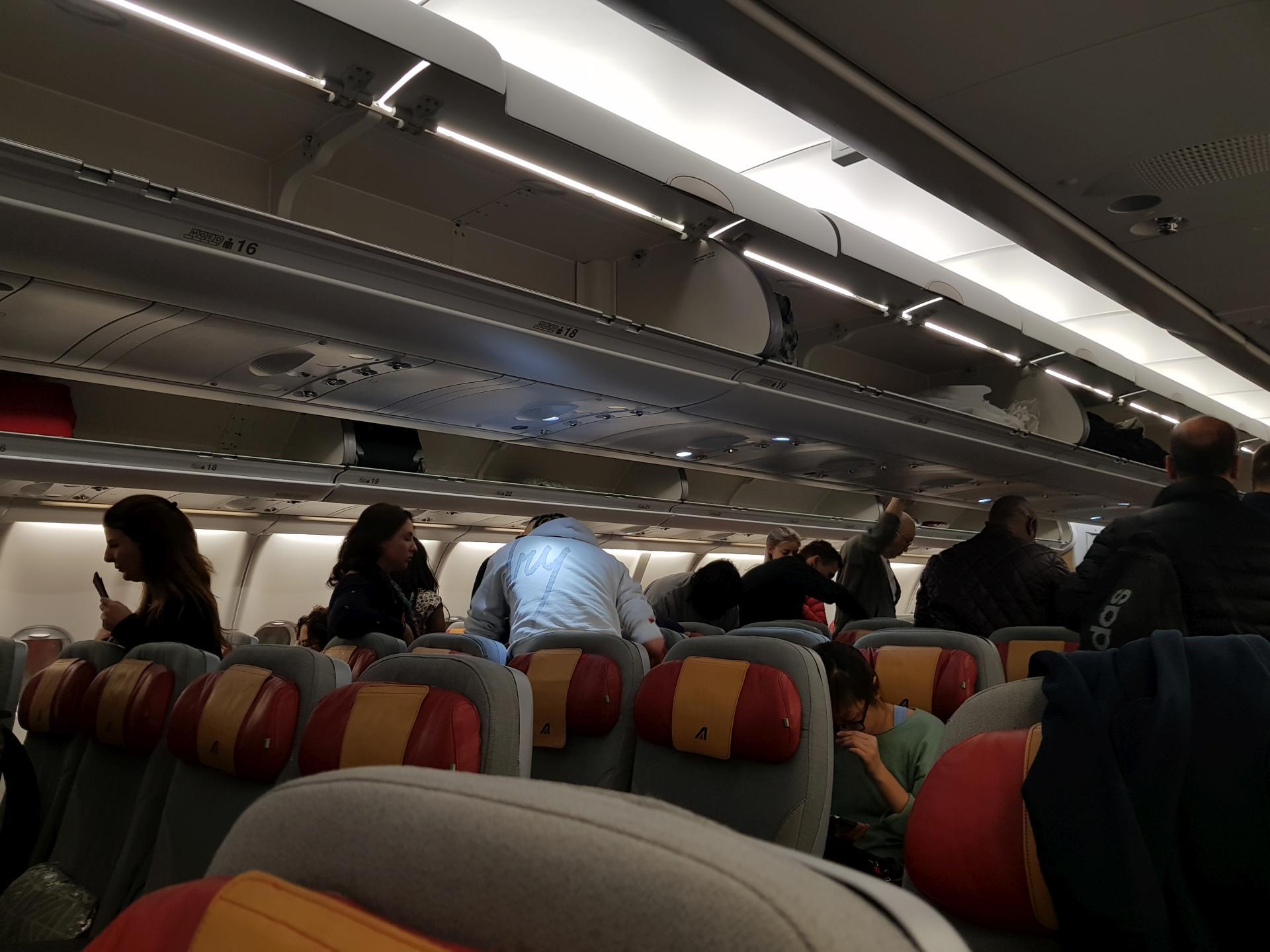 пассажиры рассаживаются по местам
