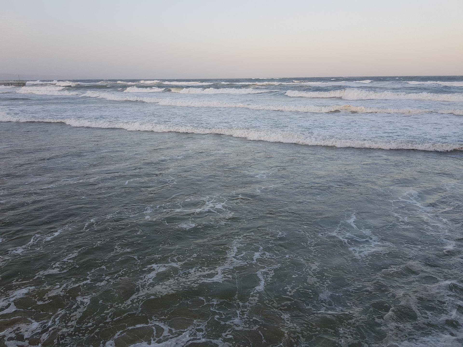 волны набегают на берег