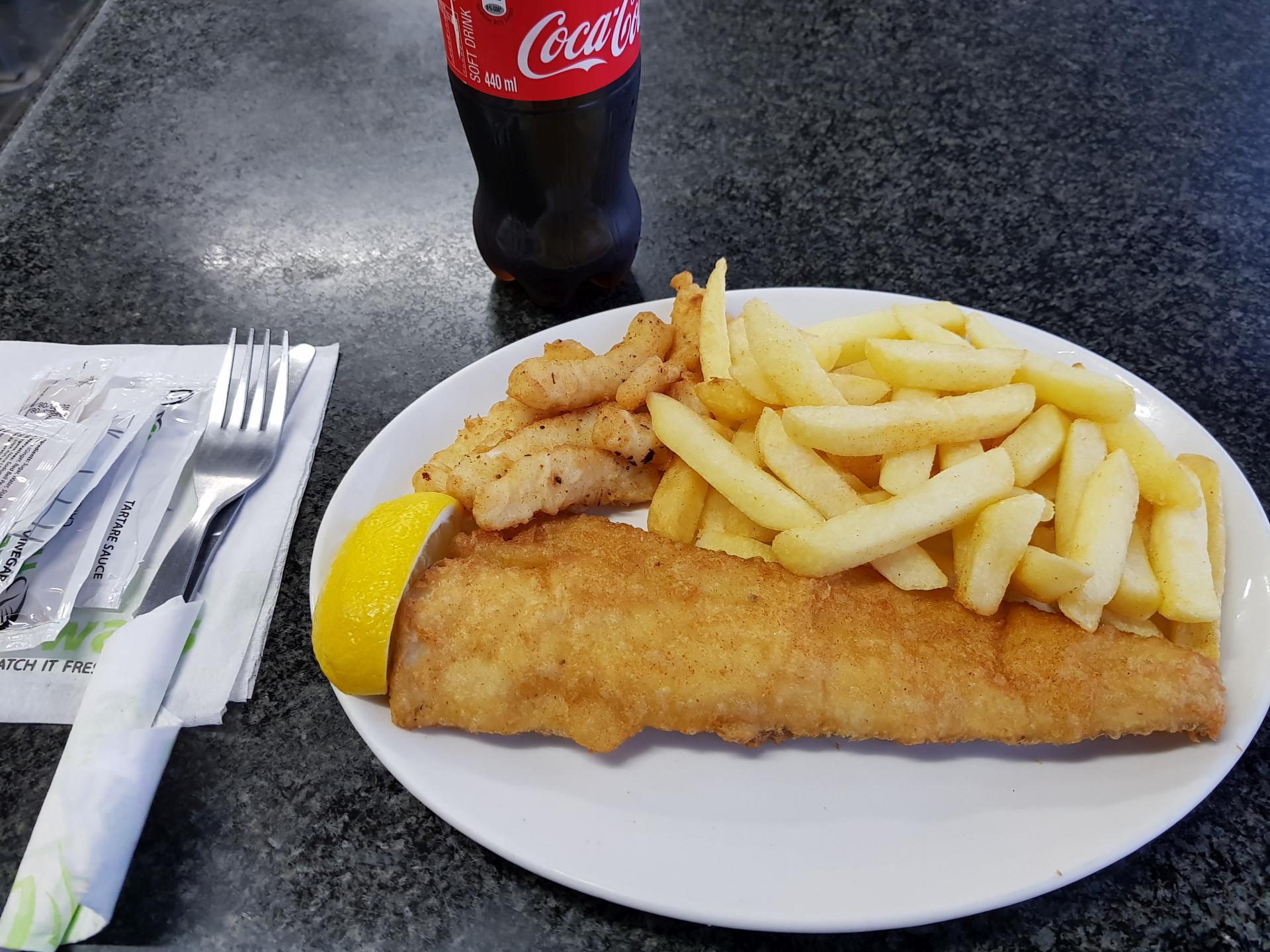 жареная рыба с картофелем и кальмарами
